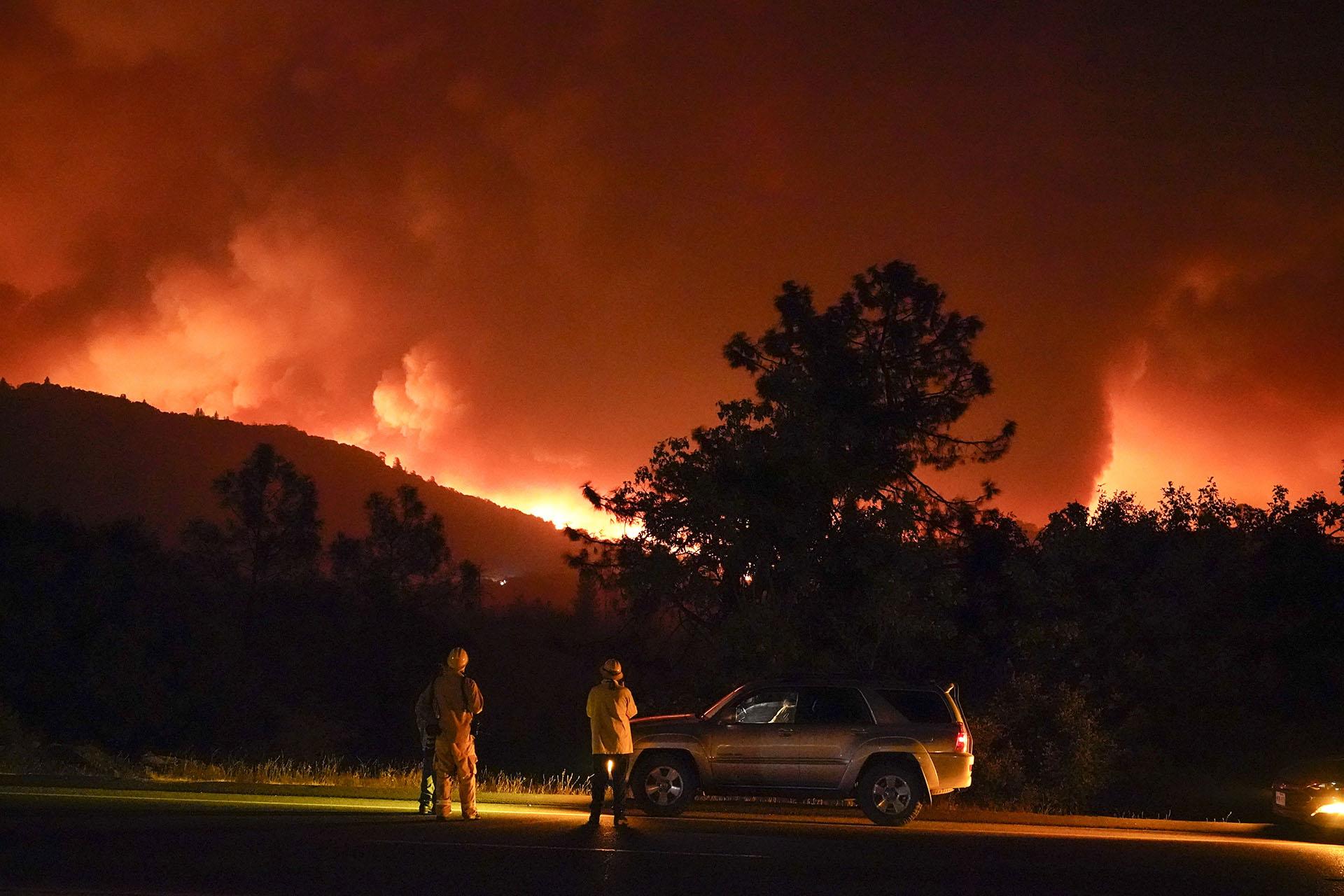 Docenas de personas han quedado atrapadas por el fuego en rápida expansión y el jefe del Batallón de Bomberos de Fresno, Tony Escobedo, dijo que el humo estaba obstaculizando los esfuerzos de los helicópteros militares para rescatarlos. (AP/Marcio Jose Sanchez)