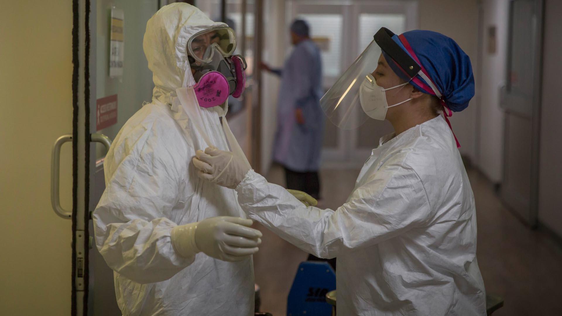 Un enfermero se retira el equipo de protección después de estar horas atendiendo pacientes enfermos de COVID-19 dentro de la Unidad de Cuidados Intensivos (UCI) (Foto: Cuartoscuro/Omar Martínez)