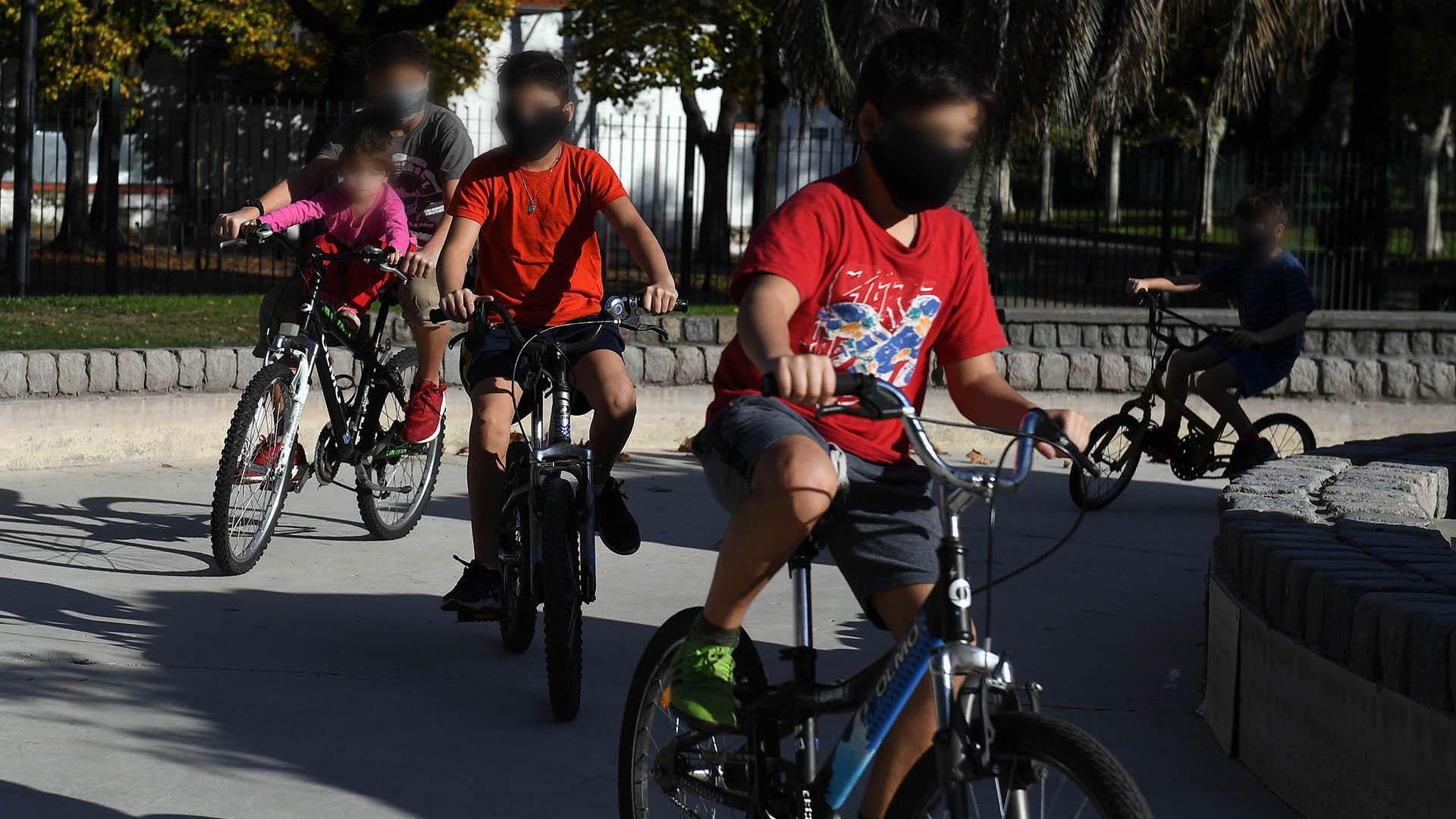 Desde las primeras horas del día comenzaron a observarse niños en las calles porteñas. Algunos, en bicicleta