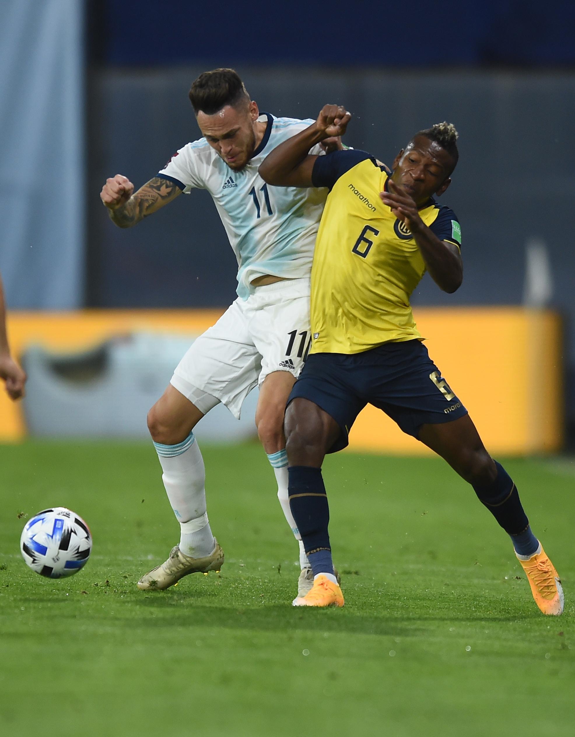 Ocampos lucha por el balón con Estupiñán: duelo entre dos jugadores de la Liga de España (REUTERS/Marcelo Endelli)