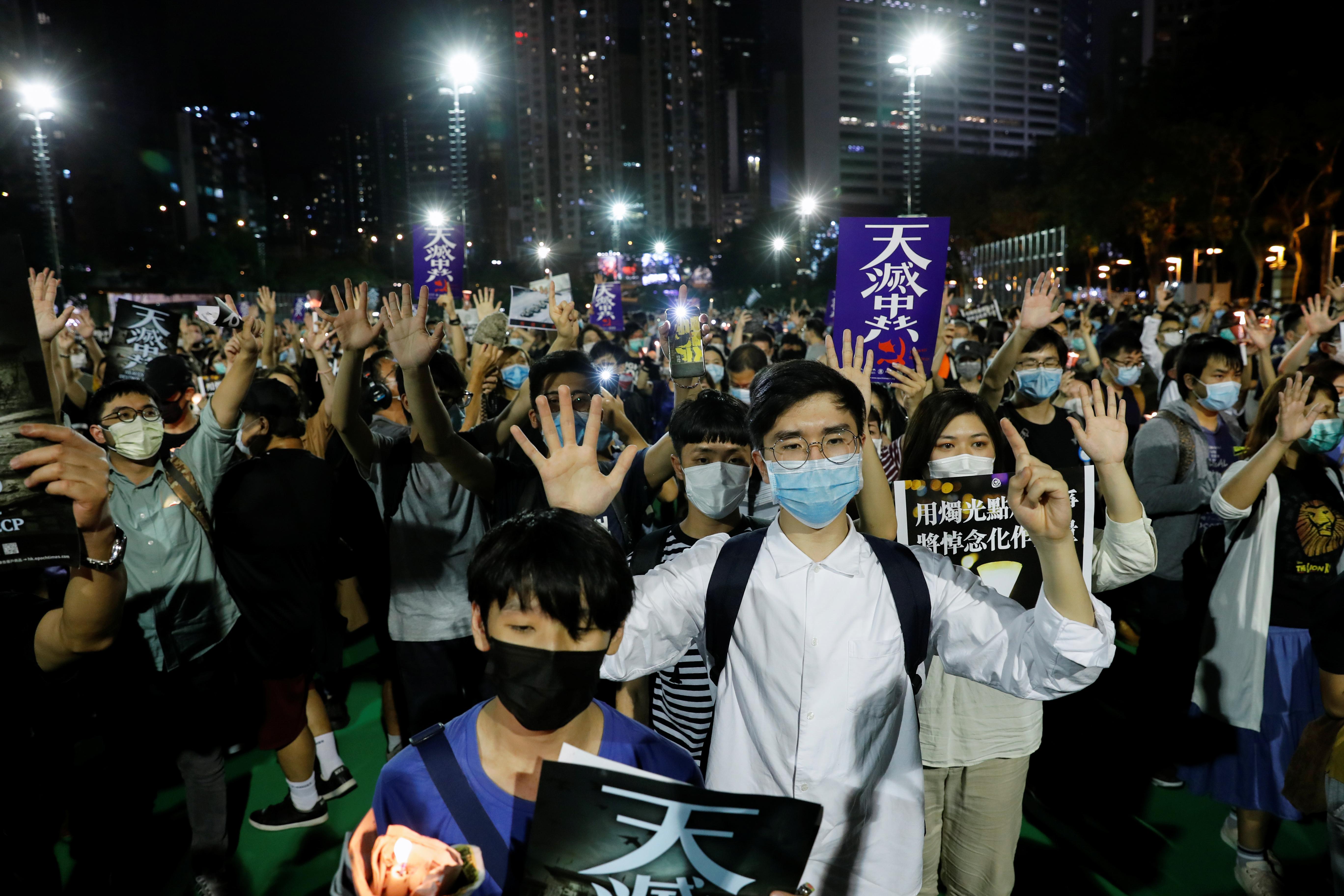 Desde 1990, Hong Kong conmemora la masacre con una multitudinaria vigilia -el año pasado reunió a 180.000 personas-, aunque este 2020 la prohibición ha llevado a los organizadores a buscar modos alternativos de recordar la fecha, como compartir imágenes de velas a través de las redes sociales (REUTERS/Tyrone Siu)