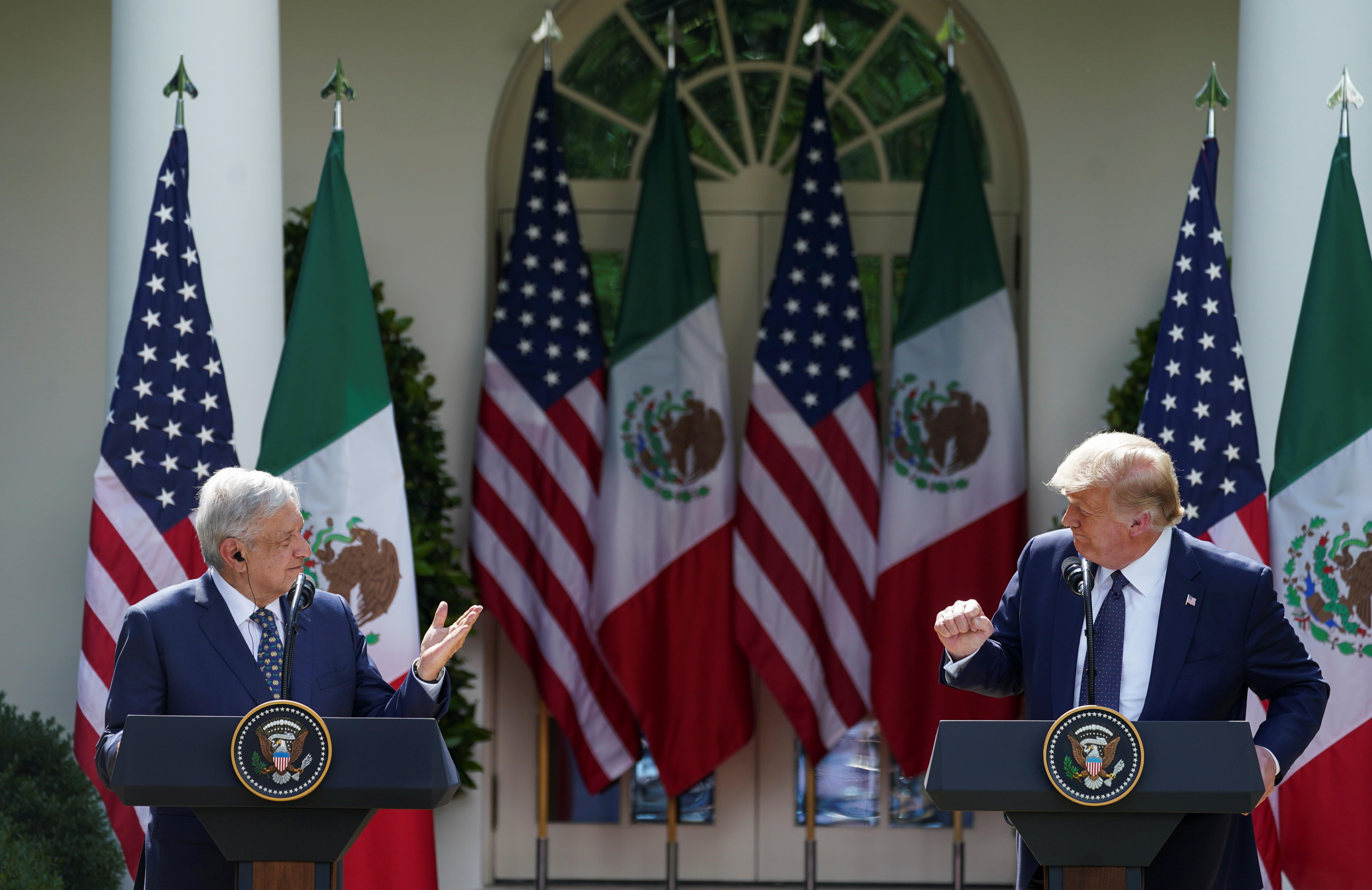 El presidente de Estados Unidos, Donald Trump, escucha al presidente de México, Andrés Manuel López Obrado, mientras los líderes emiten declaraciones individuales antes de firmar una declaración conjunta en el Jardín de las Rosas en la Casa Blanca en Washington, EE. UU., 8 de julio de 2020. (Foto: REUTERS / Kevin Lamarque)