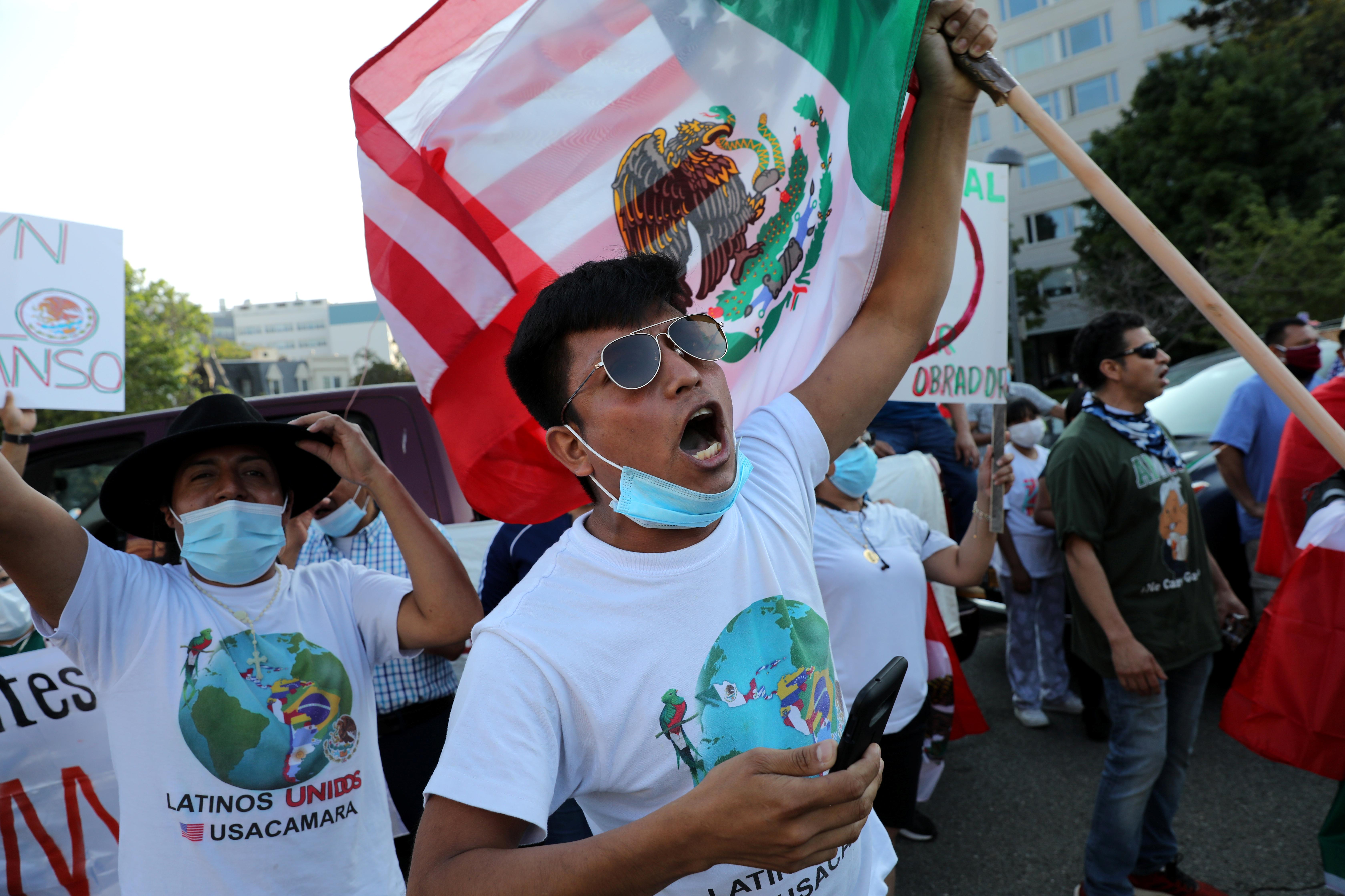 Los seguidores del presidente de México, Andrés Manuel López Obrador, gritan consignas mientras esperan su llegada al monumento conmemorativo de Benito Juárez en el centro de Washington DC, EE. UU., 8 de julio de 2020. (Foto: REUTERS / Carlos Barria)