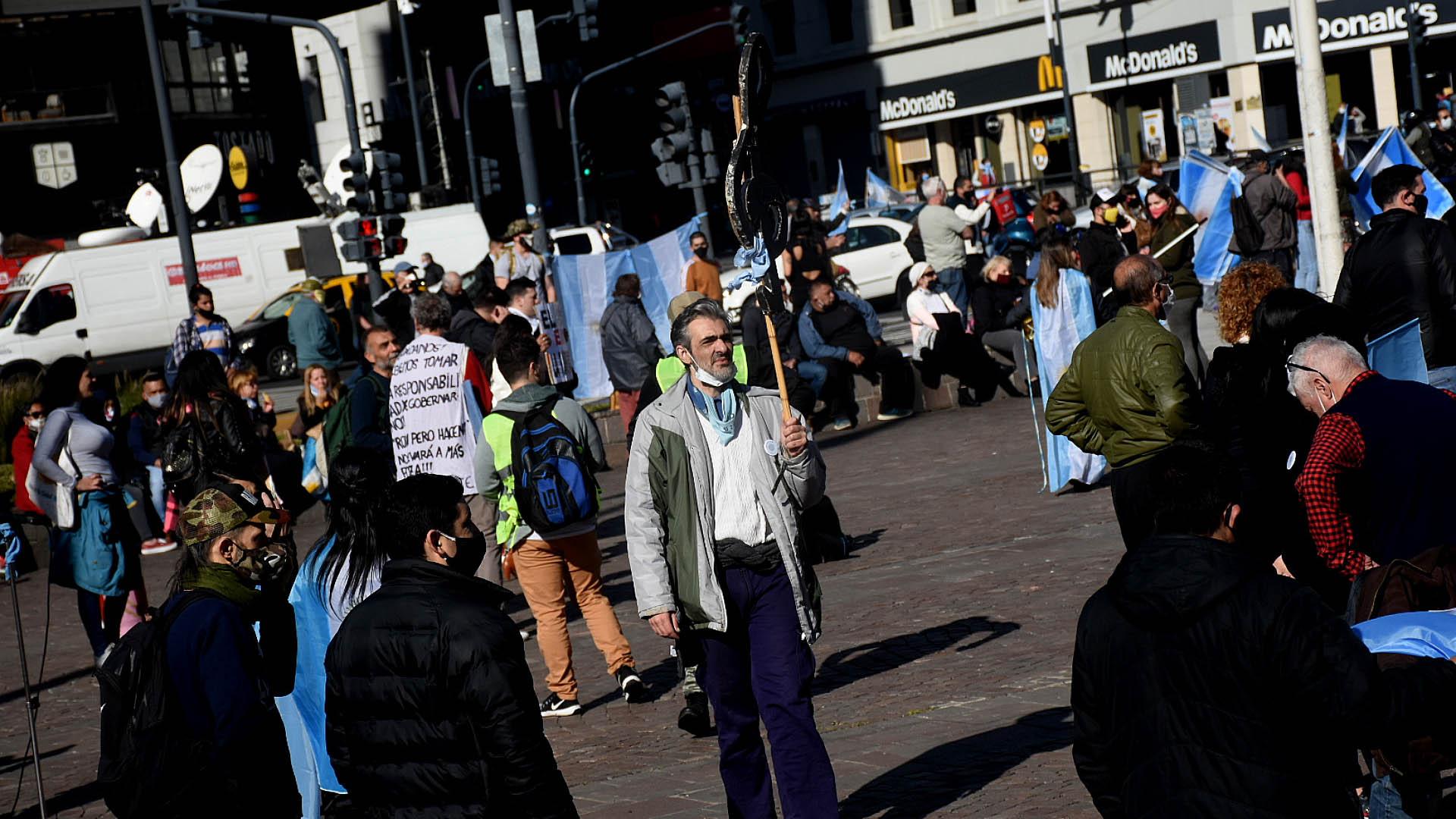 Aunque muchos de los manifestantes de a pie se propusieron cumplir con la distancia social, lo cierto es varios llevaban mal puesto el barbijo.