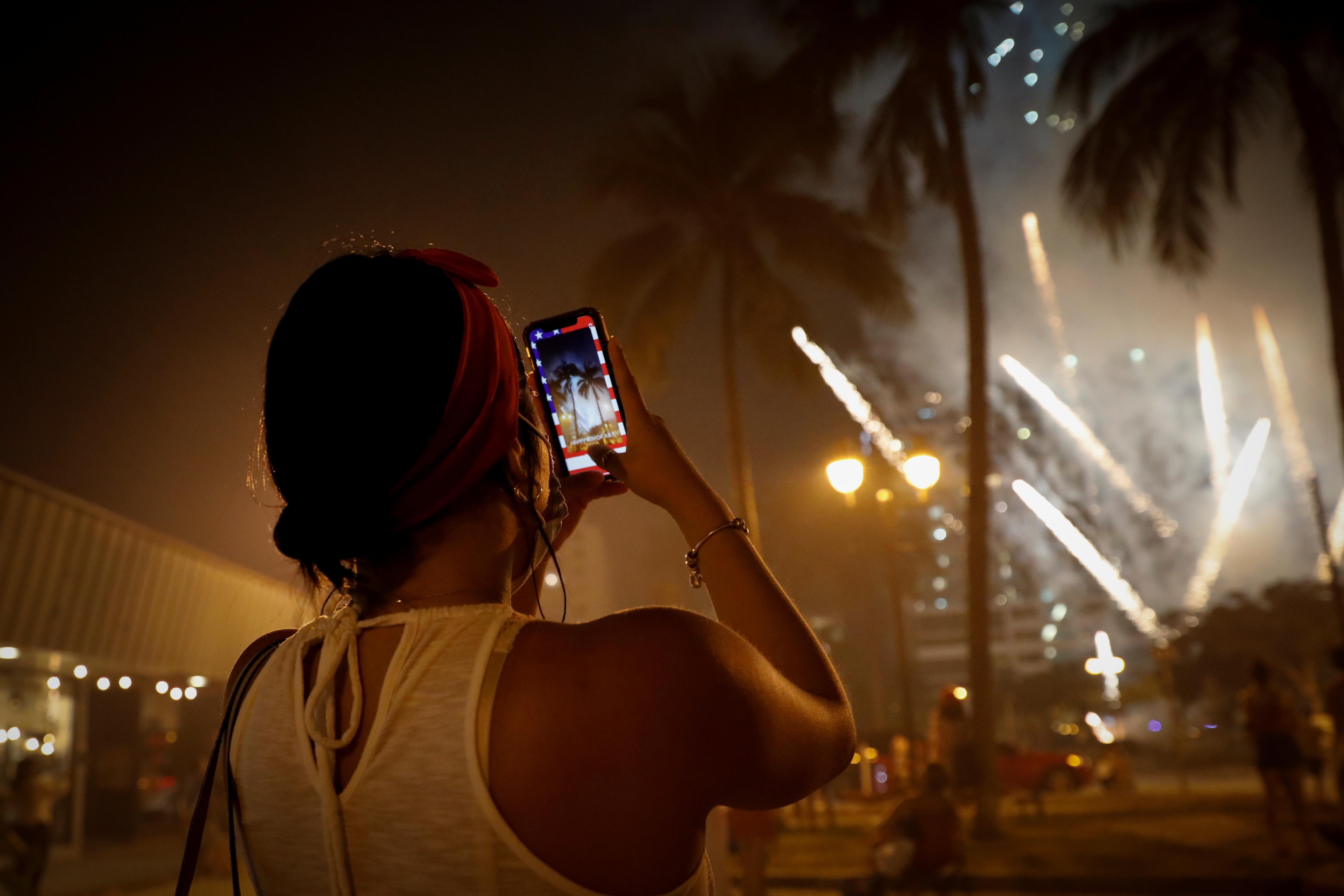 Una mujer le toma fotos al espectáculo
