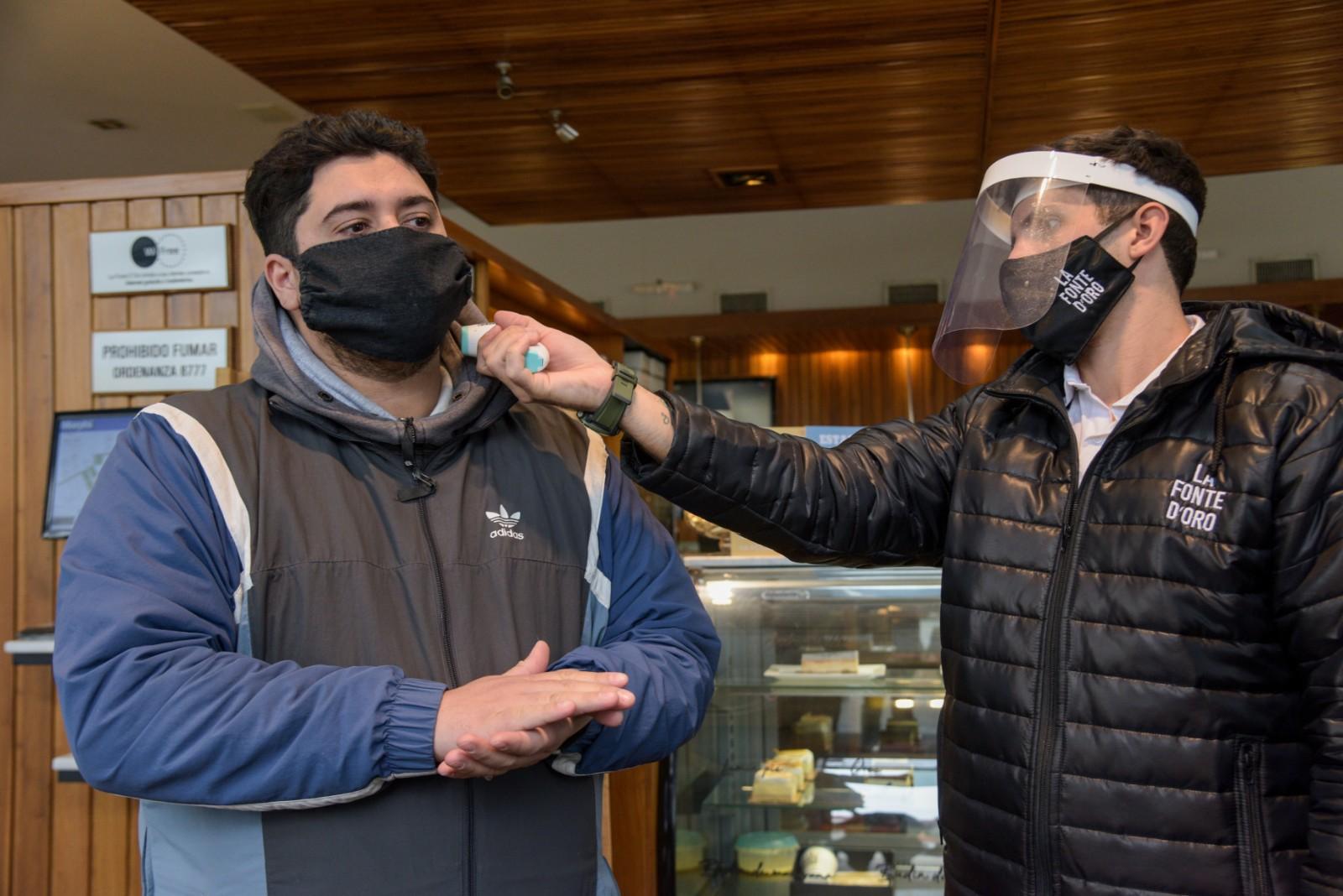Barbijos, máscaras y termómetros. La nueva normalidad para la reapertura de bares y confiterías.