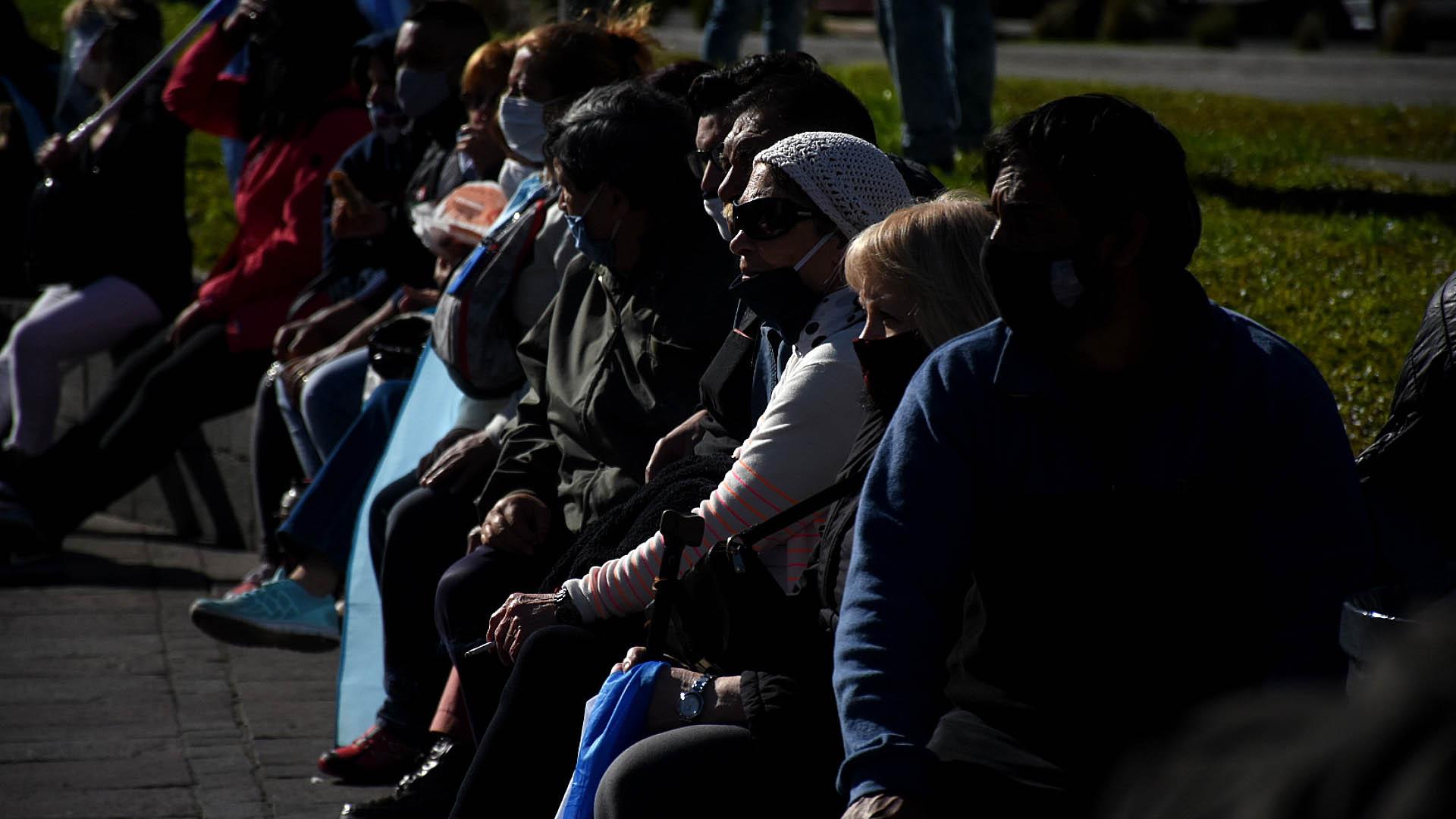 En plena pandemia por el COVID-19, distancia social cero: así se vio a los manifestantes, sentados uno al lado del otro, en la Plaza de la República del Obelisco.