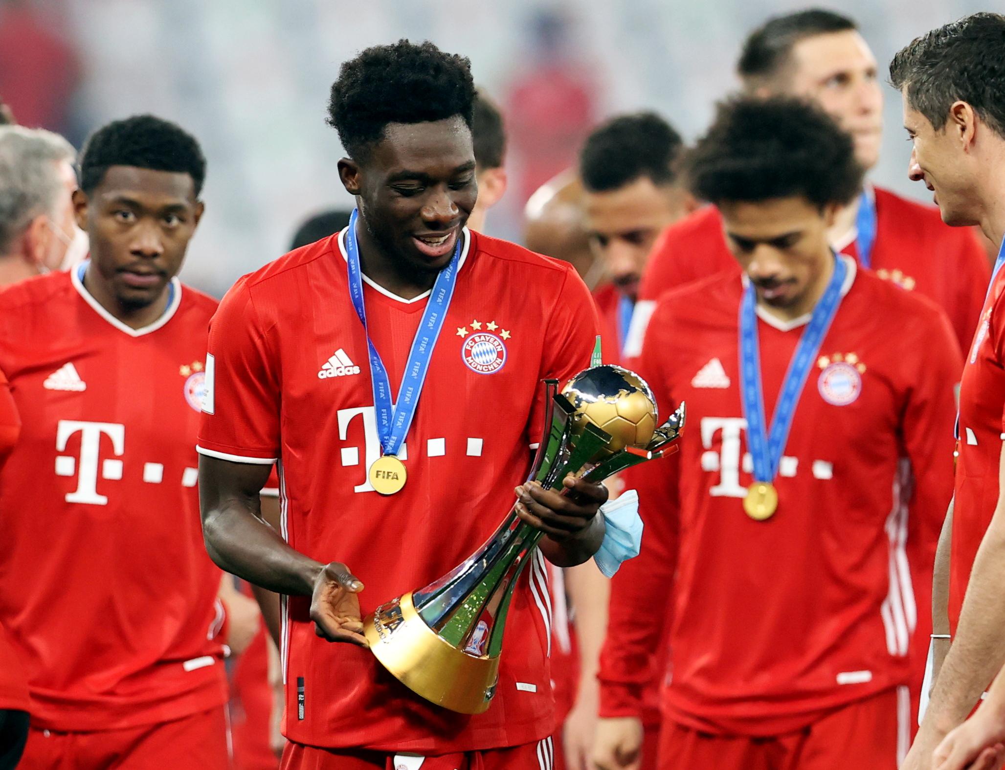 Alphonso Davies de Bayern Munich celebran con la Copa del Mundial de Clubes 2021.
