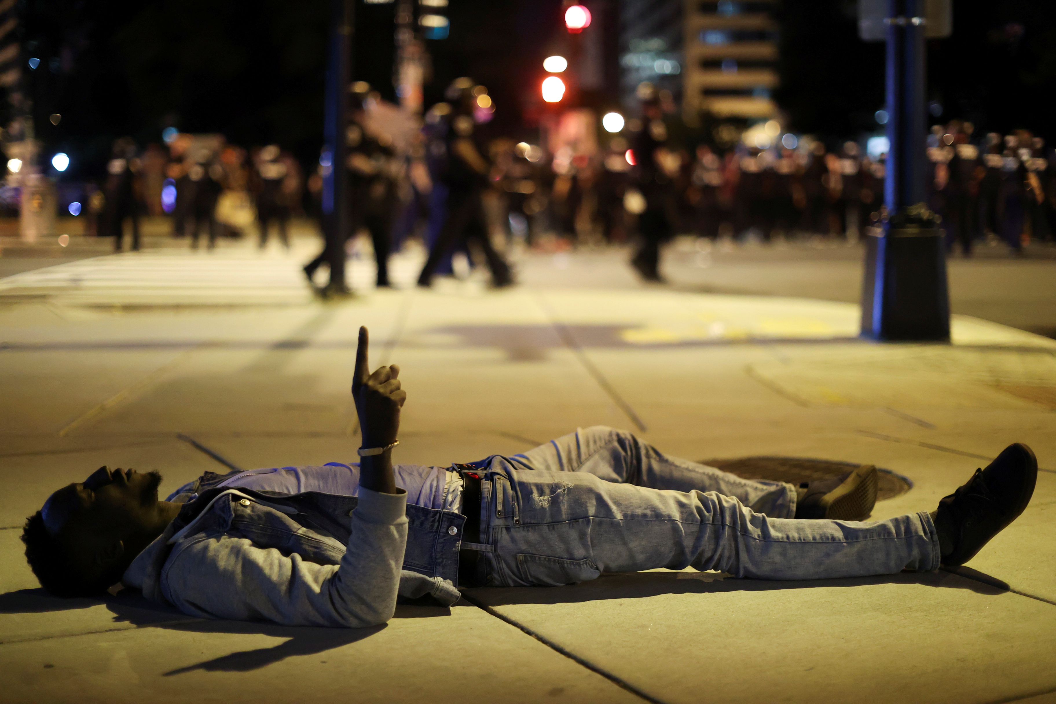 Un manifestante reza acostado en Washington