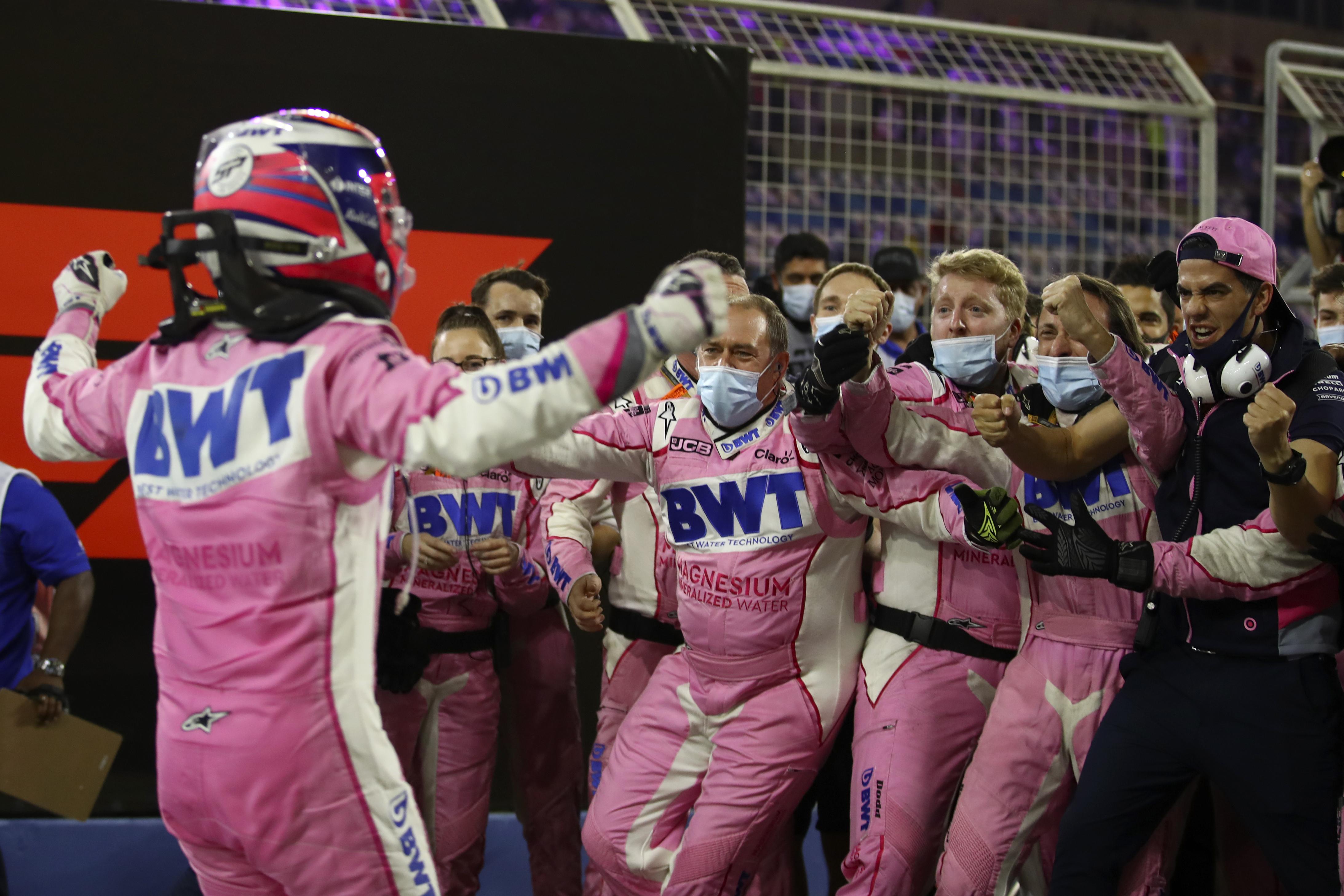 El piloto de Racing Point Sergio Pérez de México celebra con su equipo la victoria en el Gran Premio de Fórmula 1 de Sakhir, Baréin el domingo 6 de diciembre de 2020.
