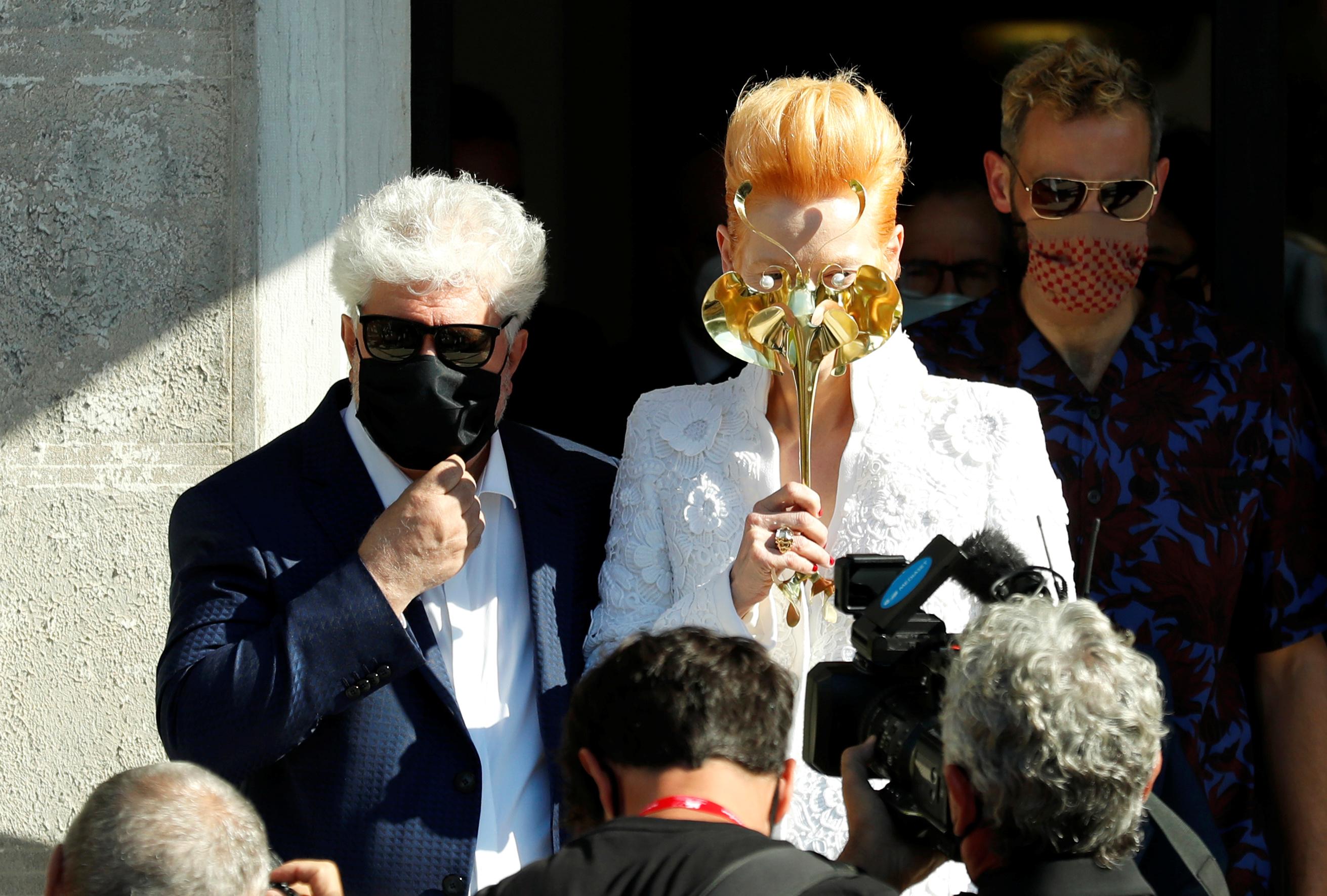 """Pedro Almodovar y Tilda Swinton posando ante las cámaras con sus tapabocas. """"Será un experimento sobre el terreno de cómo manejar un evento importante"""" en la era del coronavirus, dijo Robert Cicutto, jefe de la Biennale, al presentar el programa del festival para este año que se realizará hasta el 12 de septiembre."""