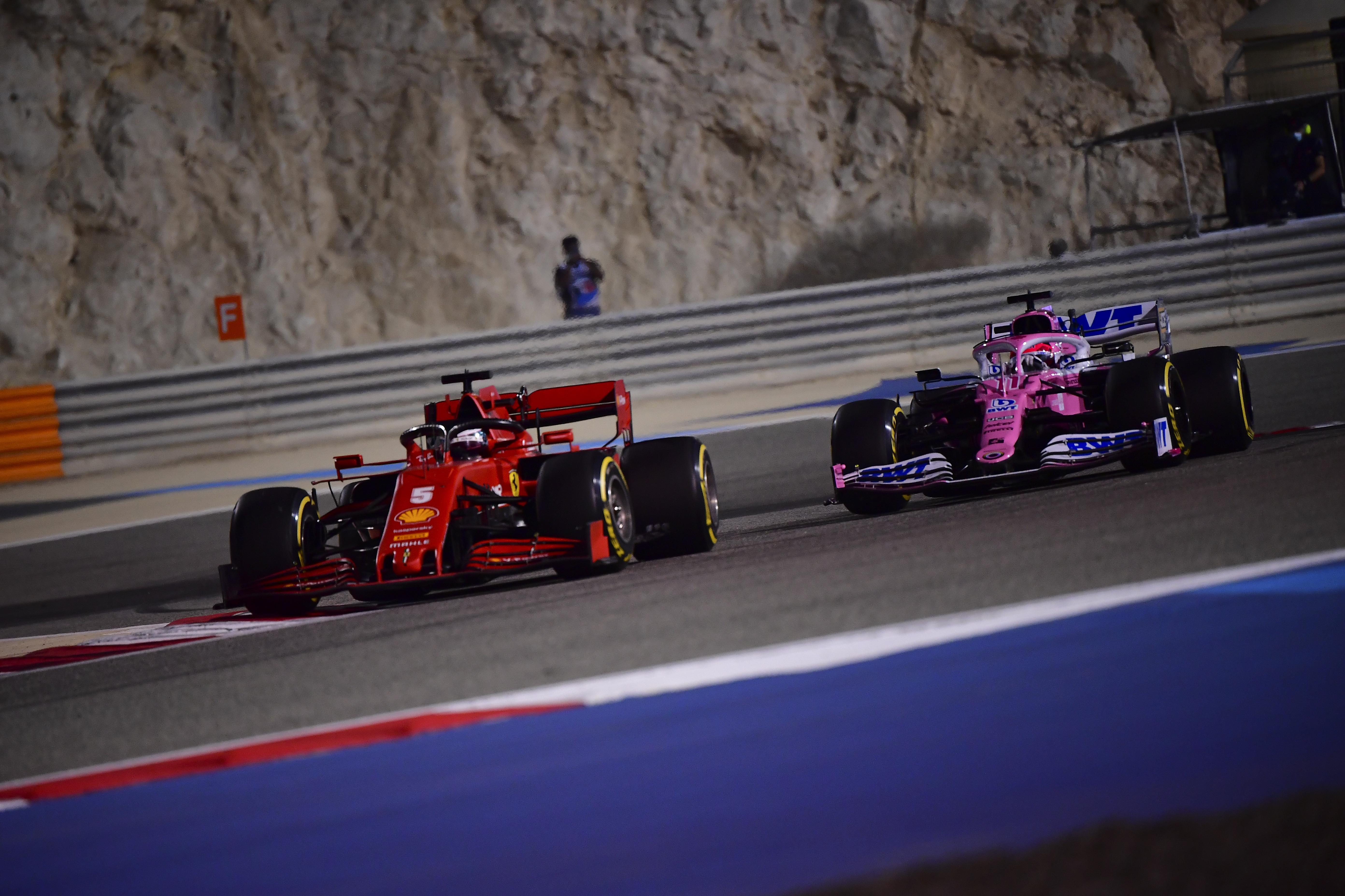 El piloto de Ferrari Sebastian Vettel de alemania, y detrás el piloto de Racing Point Sergio Pérez de México durante el Gran Premio de Fórmula 1 de Sakhir, Baréin el domingo 6 de diciembre de 2020.