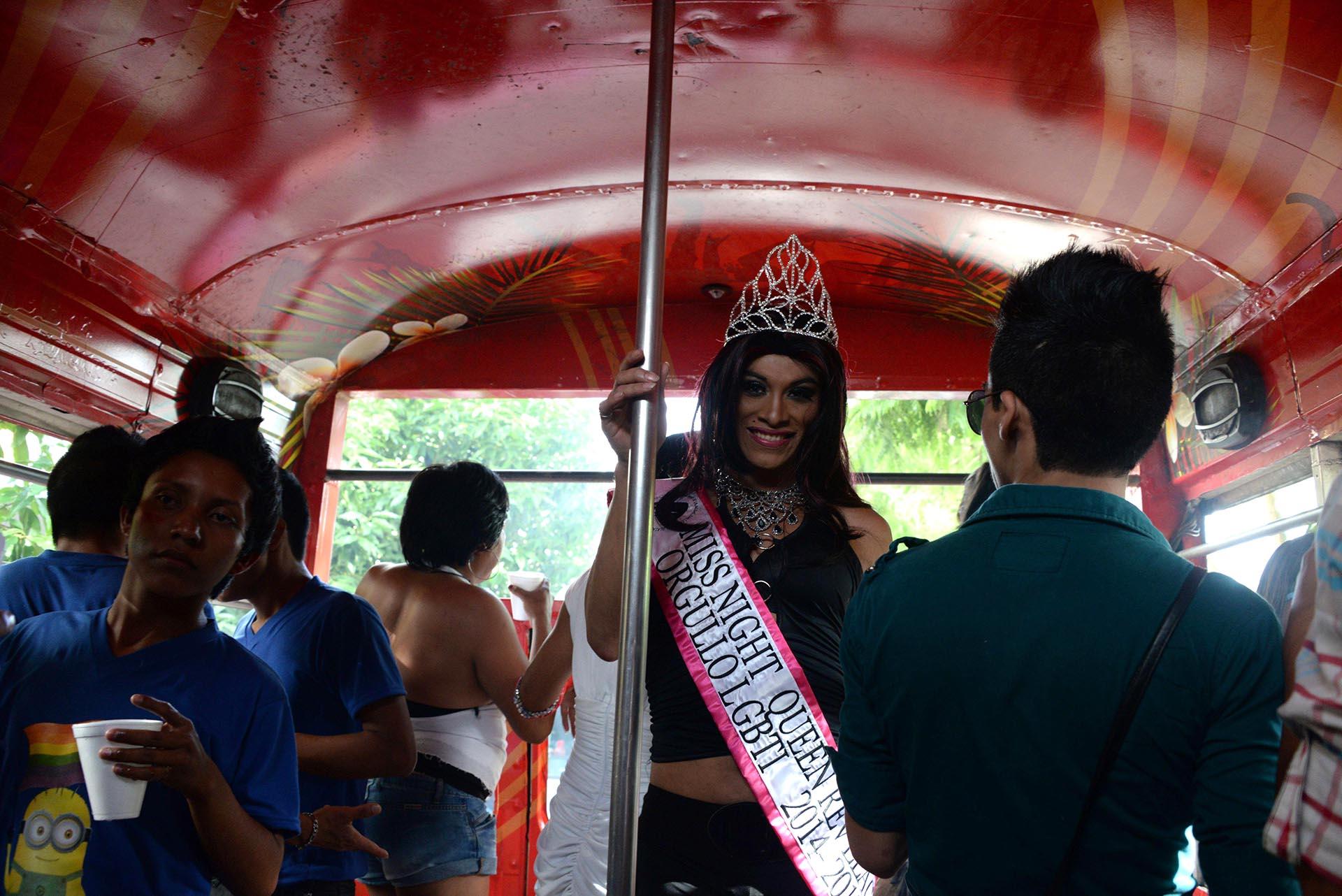 Un manifestante se sube a un autobús durante el Desfile del Orgullo en la Ciudad de Guatemala el 28 de junio de 2014.