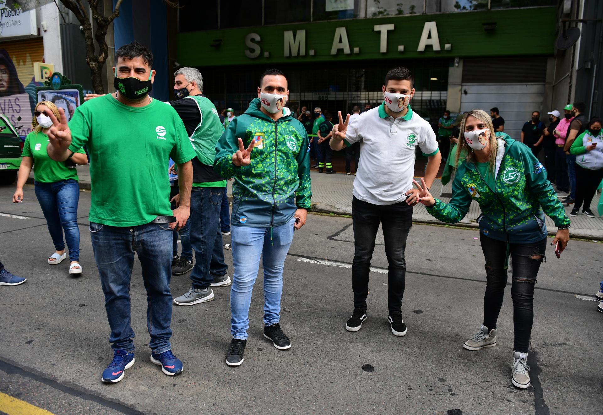 Los trabajadores de SMATA, con sus tradicionales chalecos, camperas y remeras verde y blanco, también coparon la 9 de Julio