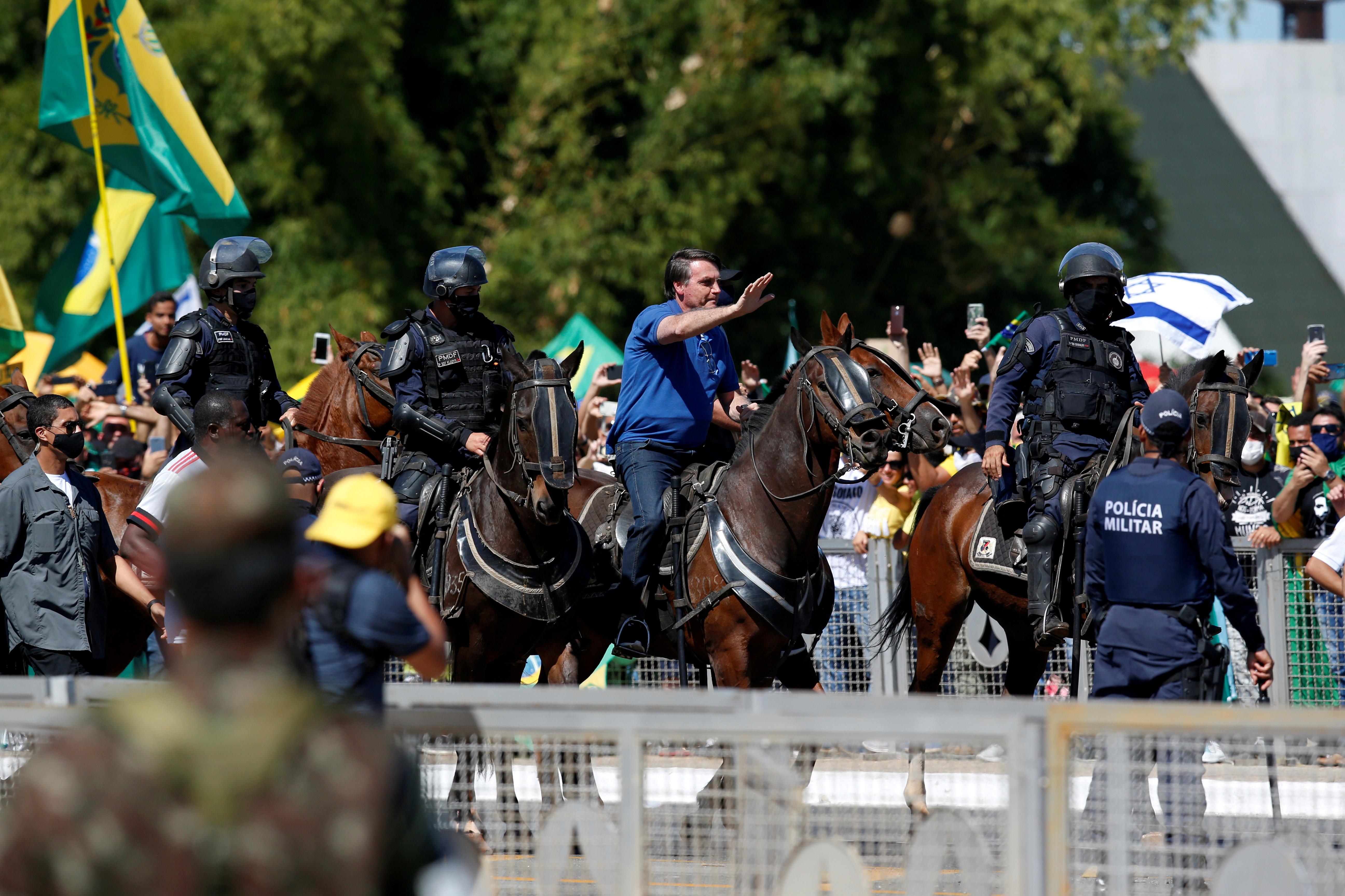 Jair Bolsonaro cabalgando un caballo el 31 de mayo pasado (REUTERS/Ueslei Marcelino/File Photo)
