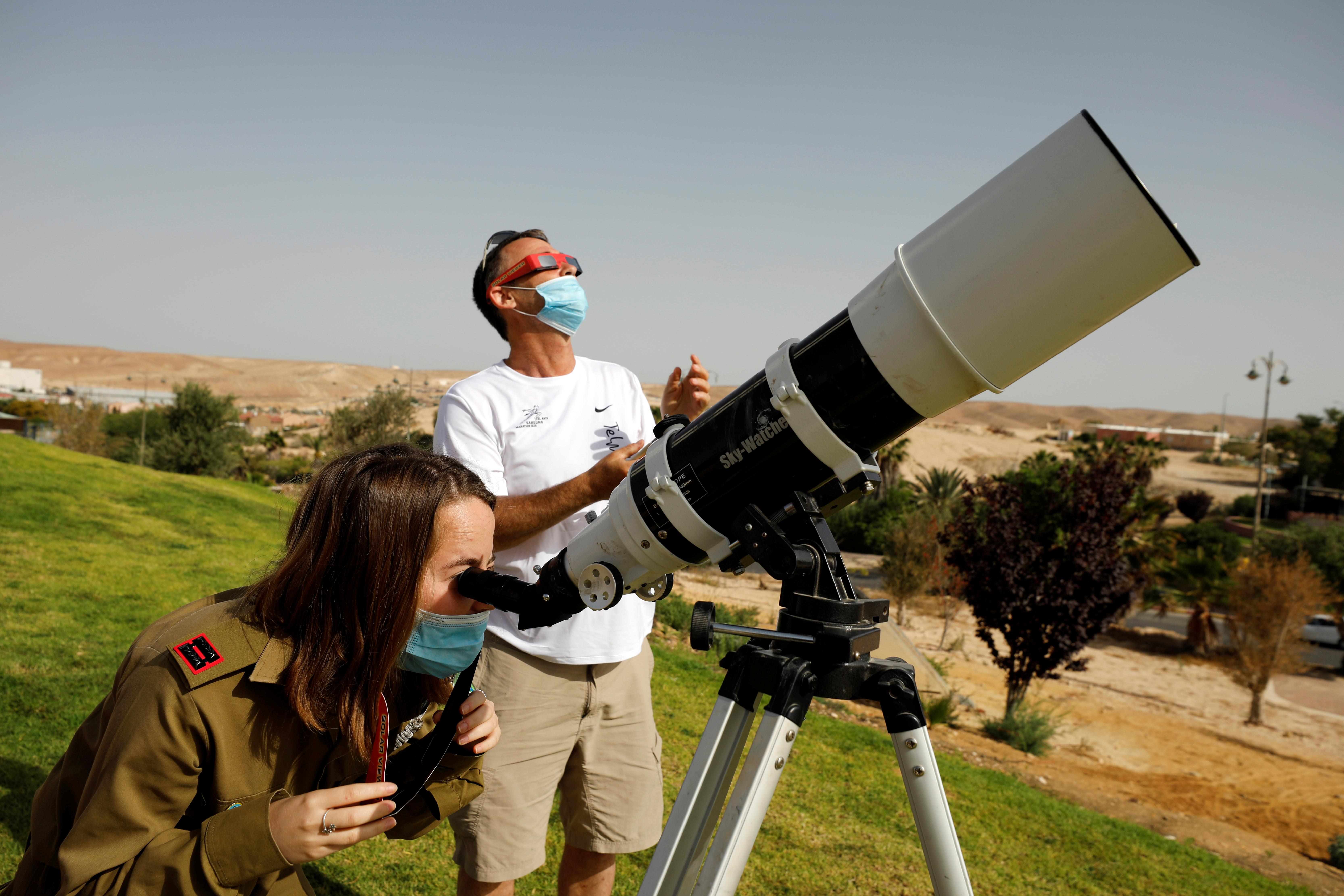 Personas miran el eclipse desde Israel