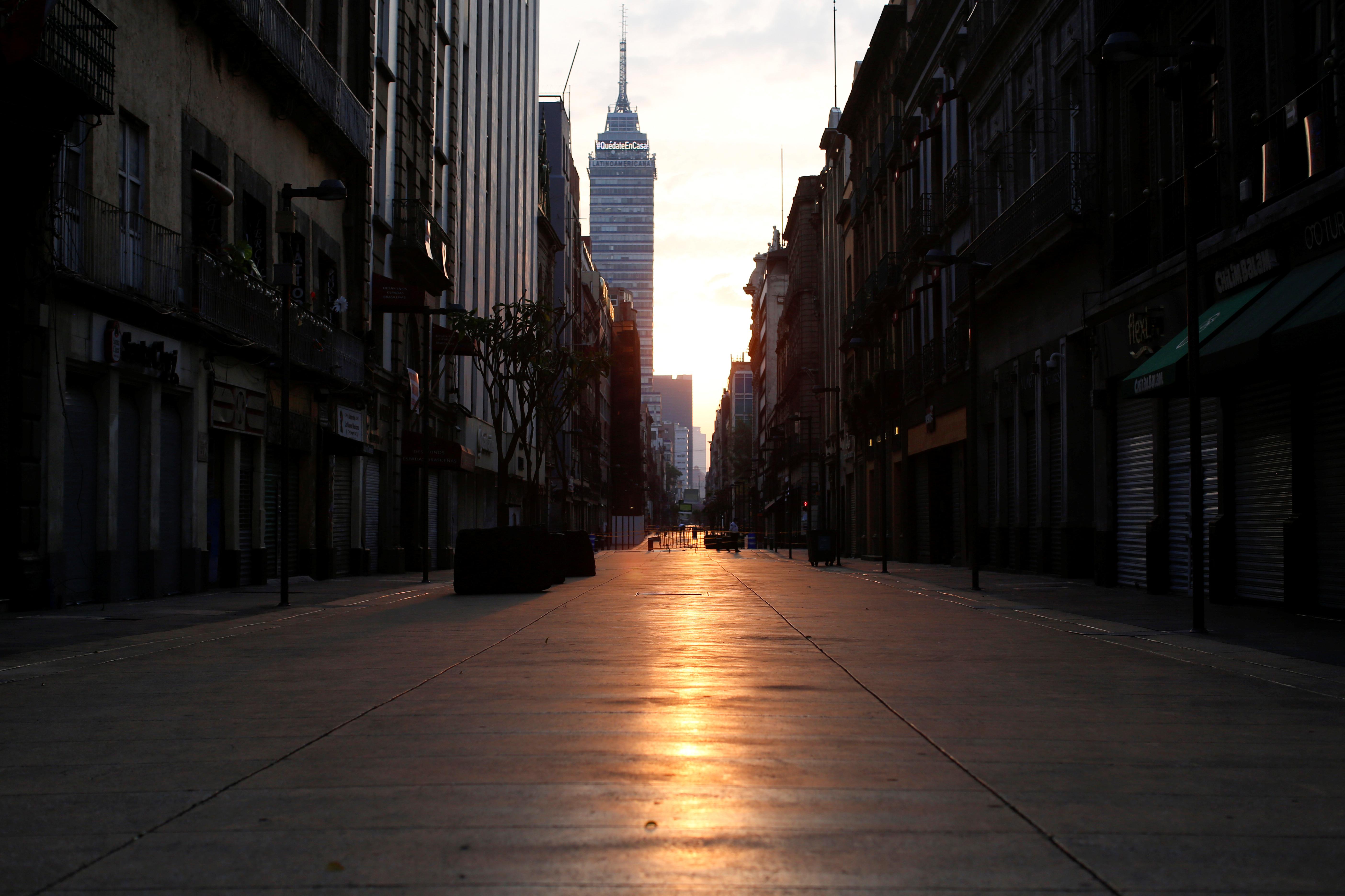 AHORA - La Torre Latinoamericana se ve a lo lejos sin gente en el paisaje, en la Ciudad de México (REUTERS/Gustavo Graf)