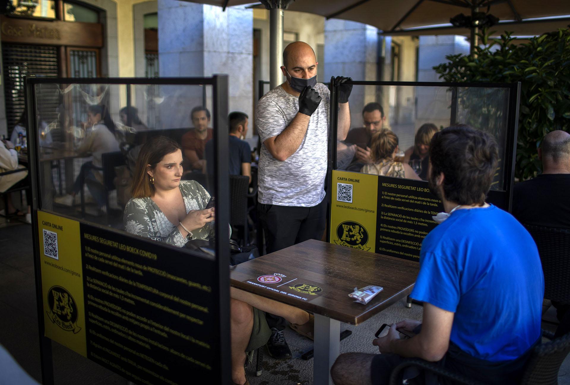 La terraza de un bar en Girona, Cataluña, España, que reabrió bajo las normas de la