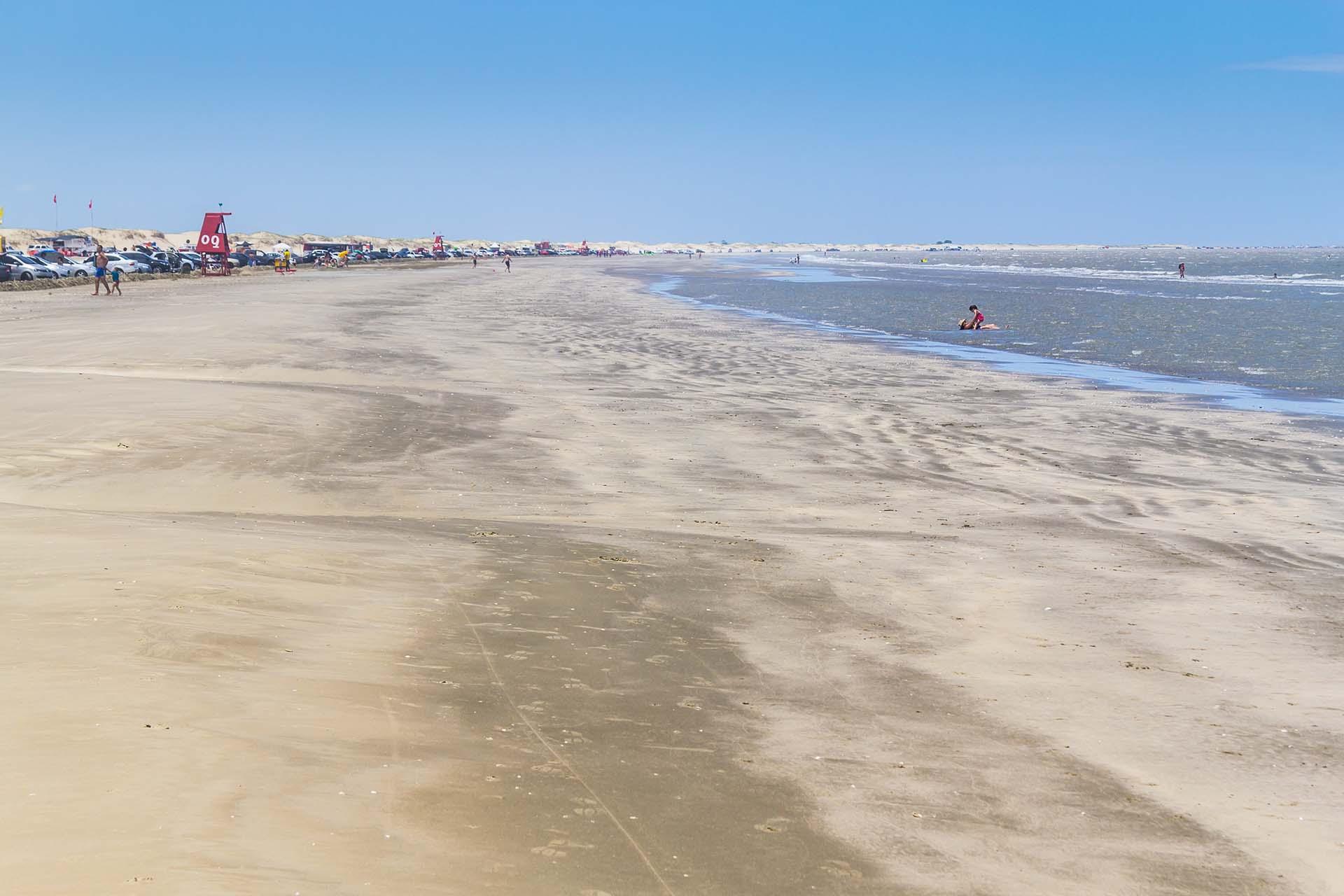 Brasil es el hogar de la playa más larga del mundo, la playa Praia do Cassino en el estado de Rio Grande do Sul. Se encuentra en la costa sur de Brasil, frente al Océano Atlántico Sur, mide 250 kilómetros interrumpidos y se extiende desde Río Grande hasta la frontera con Uruguay