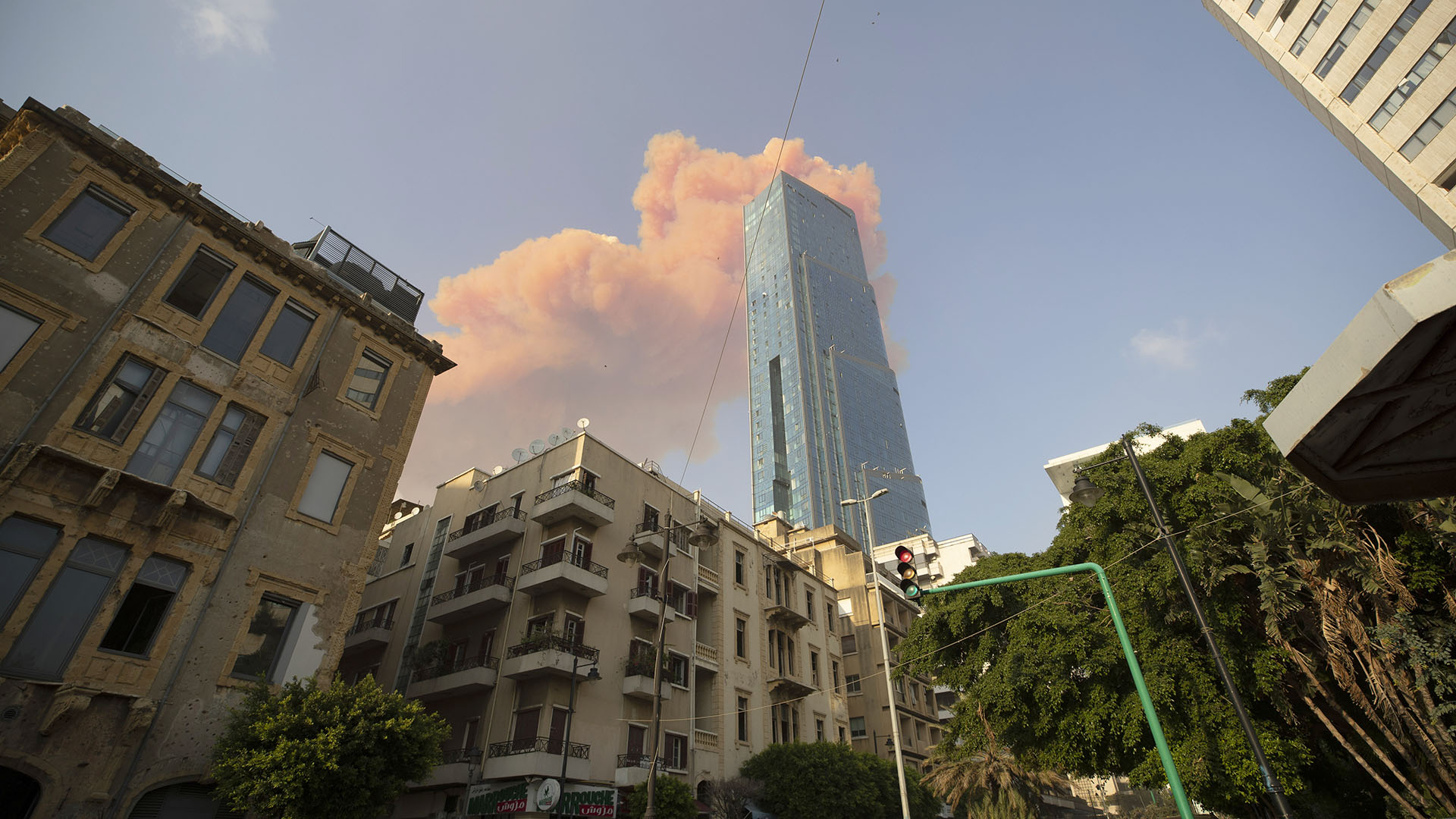 La columna de humo rojizo tras las explosiones (AP)