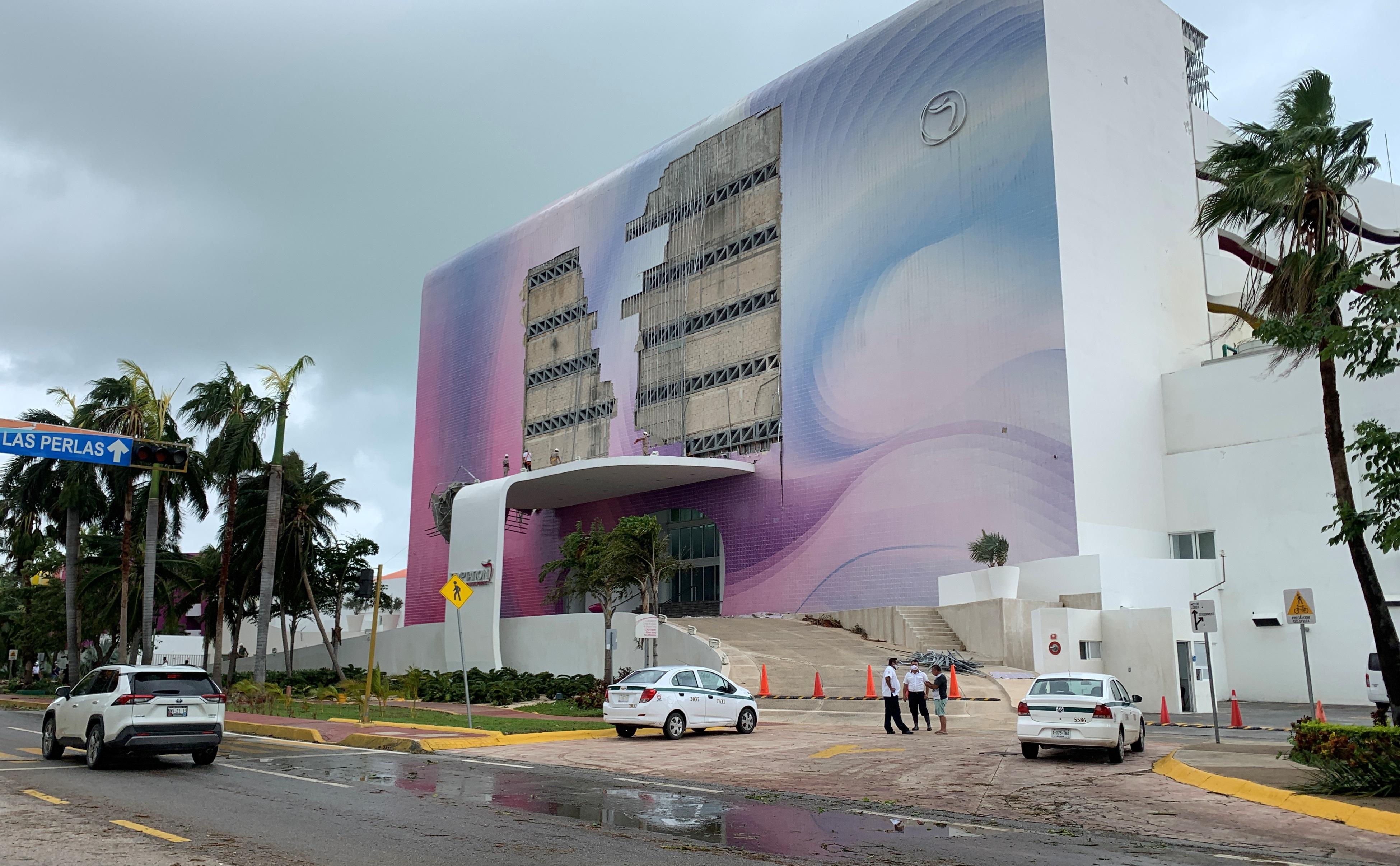 Vista general de los daños ocasionados por el paso del huracán Delta hoy, en el balneario de Cancún, en el estado de Quintana Roo.