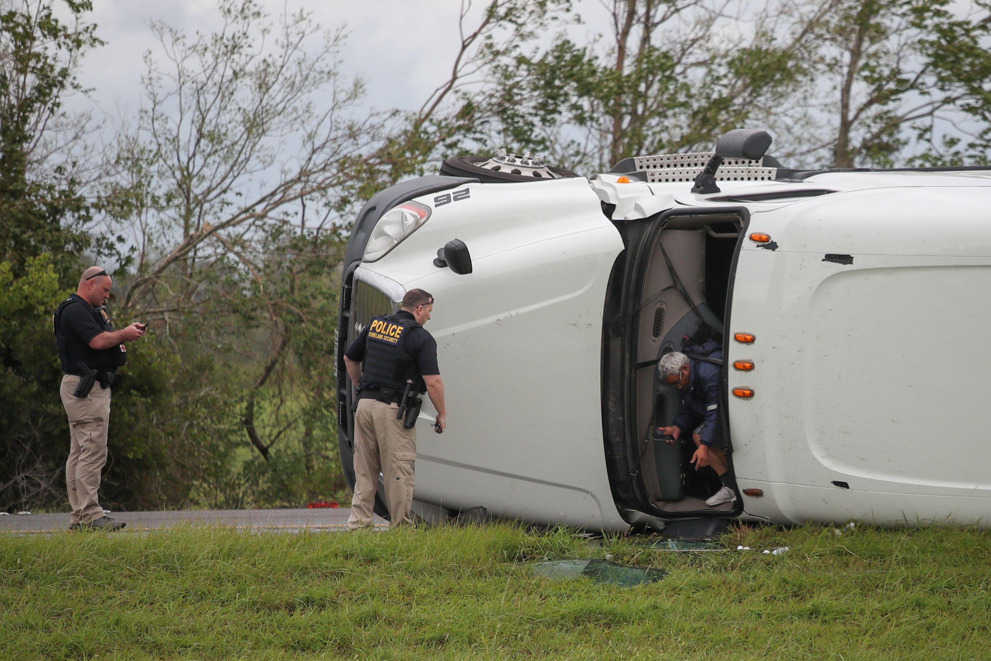 El conductor del camión sale de la cabina después de la llegada de la policía. Tanto él conductor como un pasajero sufrieron heridas leves pero sobrevivieron (REUTERS/Adrees Latif)
