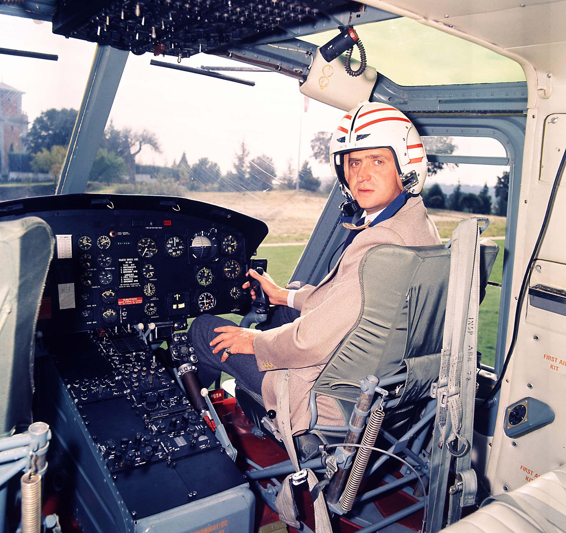 El rey Juan Carlos en el cockpit de un helicóptero a punto de despegar del Palacio de la Zarzuela, Madrid (Shutterstock)
