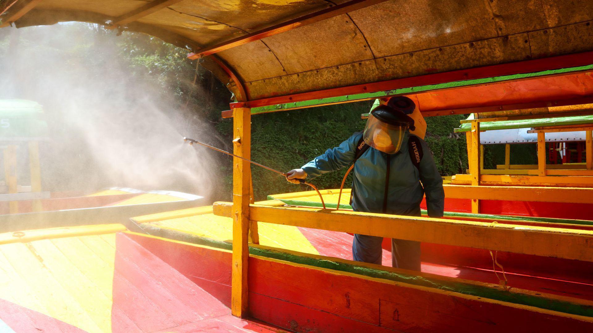 Previo a la reapertura trabajadores de la alcaldía Xochimilco desinfectaron las trajineras del Embarcadero Nativitas (Foto: Cuartoscuro)