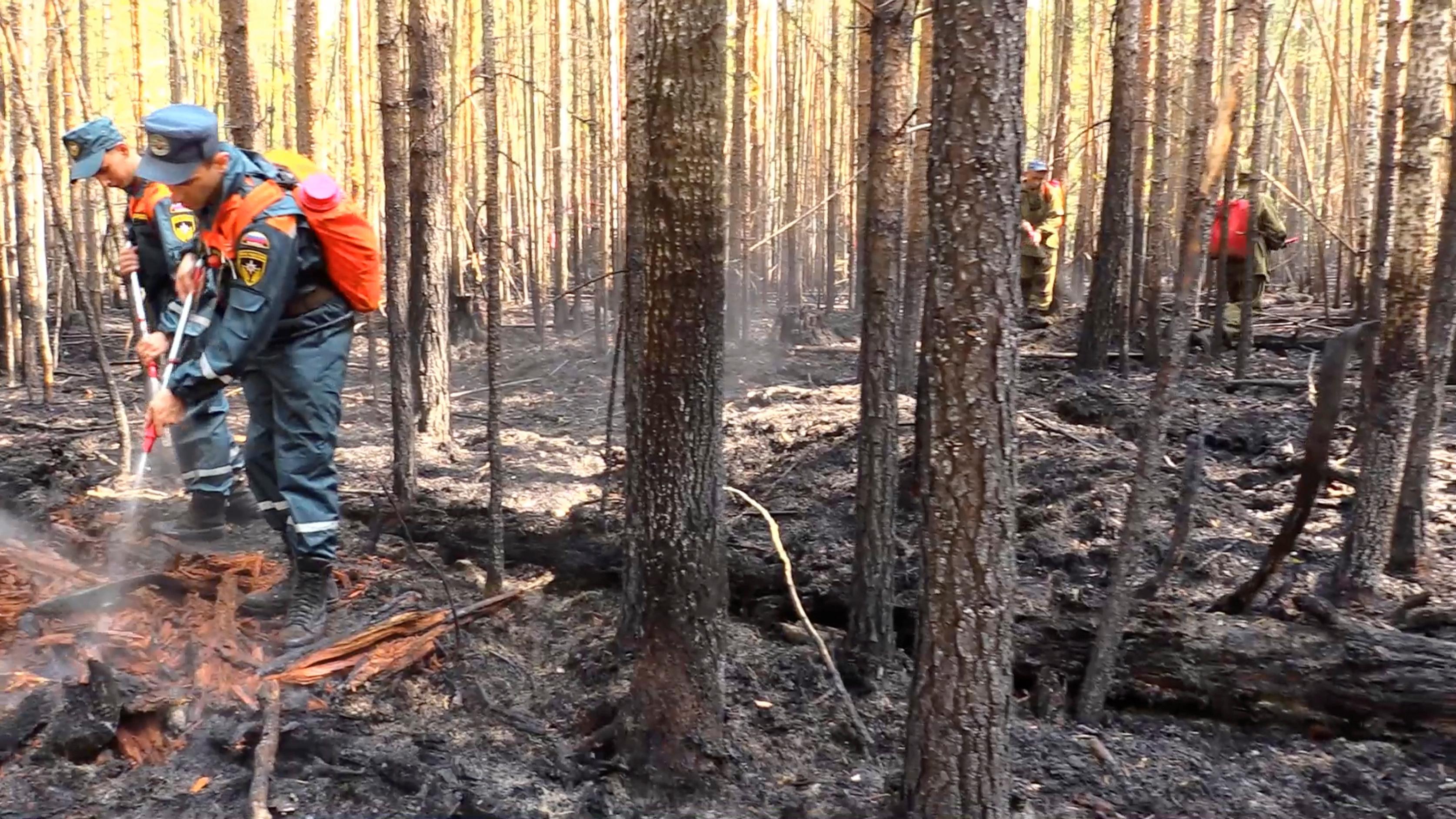 Personal del Ministerio de Emergencia ruso intenta apagar el incendio en la región de Khanty-Mansiysk (Ministerio de Emergencias de Rusia via REUTERS)