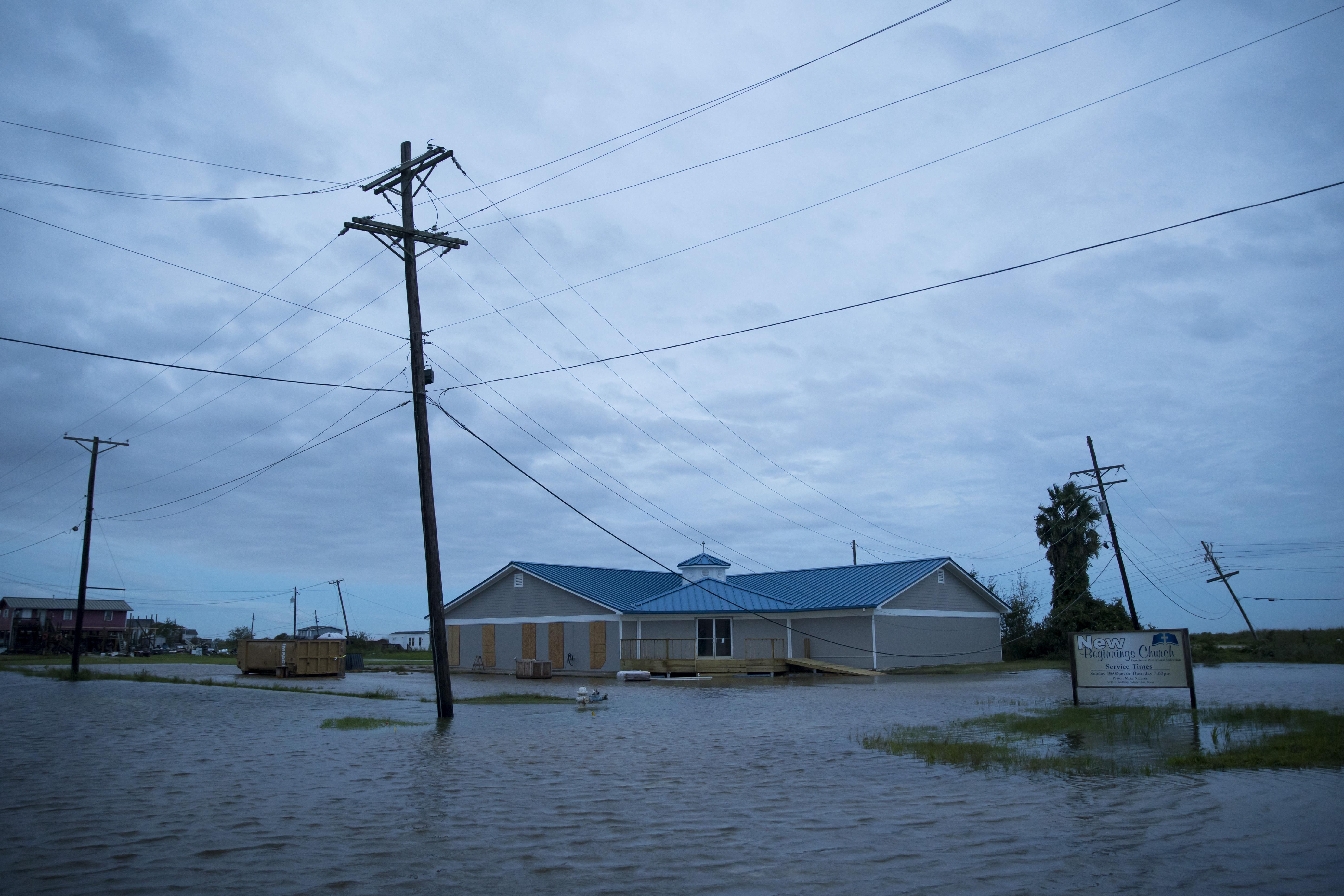 Inundaciones causadas por el huracán Laura el 27 de agosto de 2020 en Sabine Pass, Texas (Eric Thayer/Getty Images/AFP)