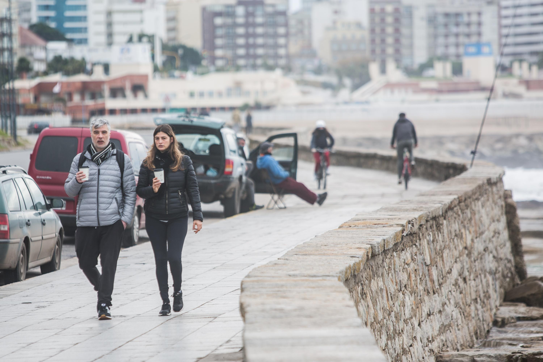 Café caliente para una pareja que salió a caminar. La paciente espera del pescador a que un pez enganche en la carnada y dos ciclistas que salieron a pedalear después de 110 días.