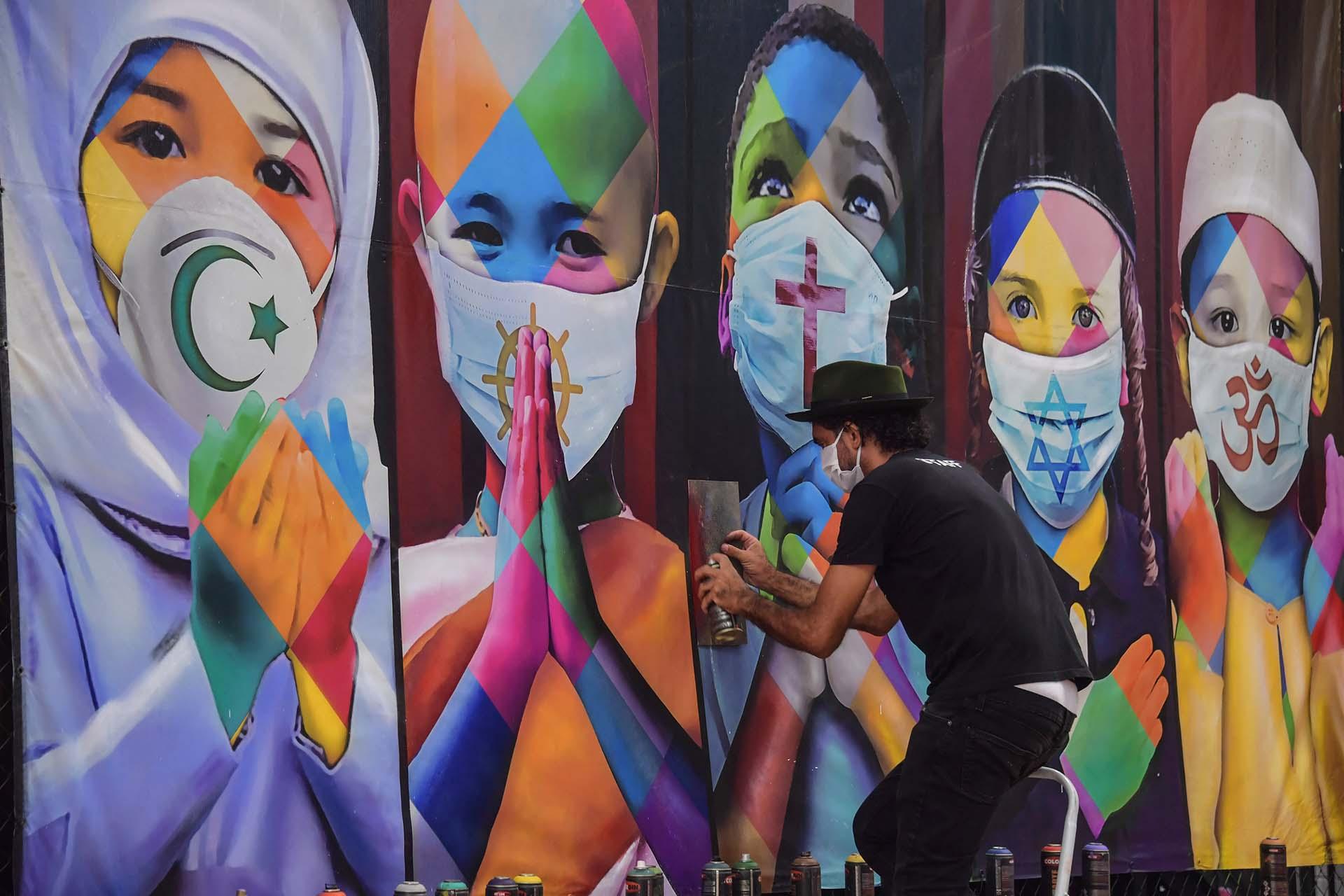 El artista brasileño Eduardo Kobra termina su mural