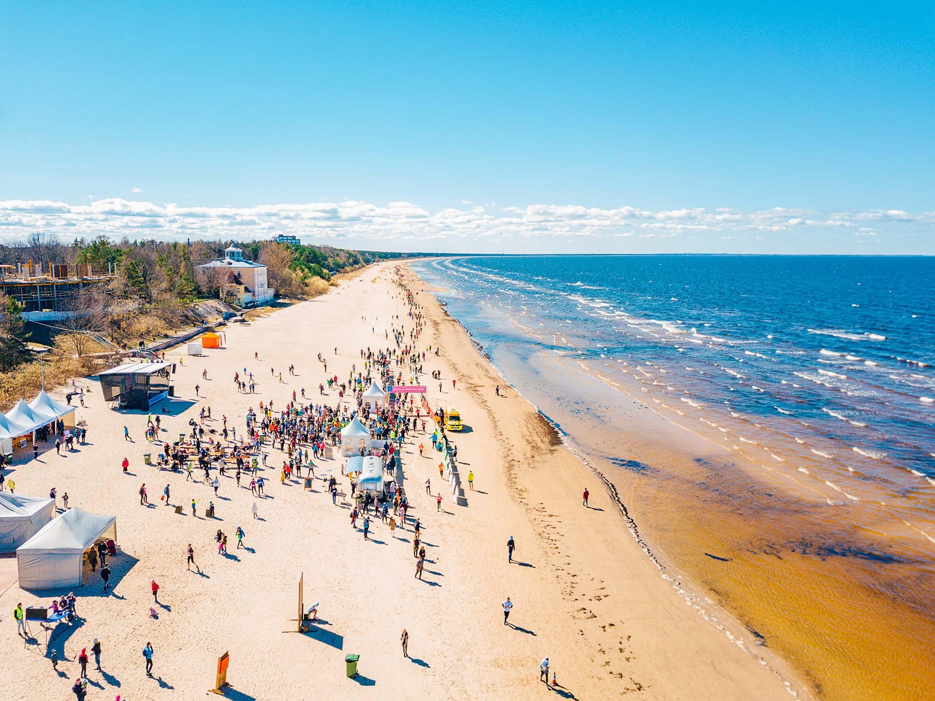 Esta playa tiene 33 km de arena fina y pura. Es uno de los mejores destinos de bienestar sostenible de Europa. Letonia se ha visto 60 veces menos afectada por el coronavirus que los países europeos más afectados y se encuentra entre los países europeos con más camas de hospital disponibles per cápita. No solo los hoteles y restaurantes están abiertos, también, las salas de masajes, saunas y eventos como conciertos, con menos de 500 personas