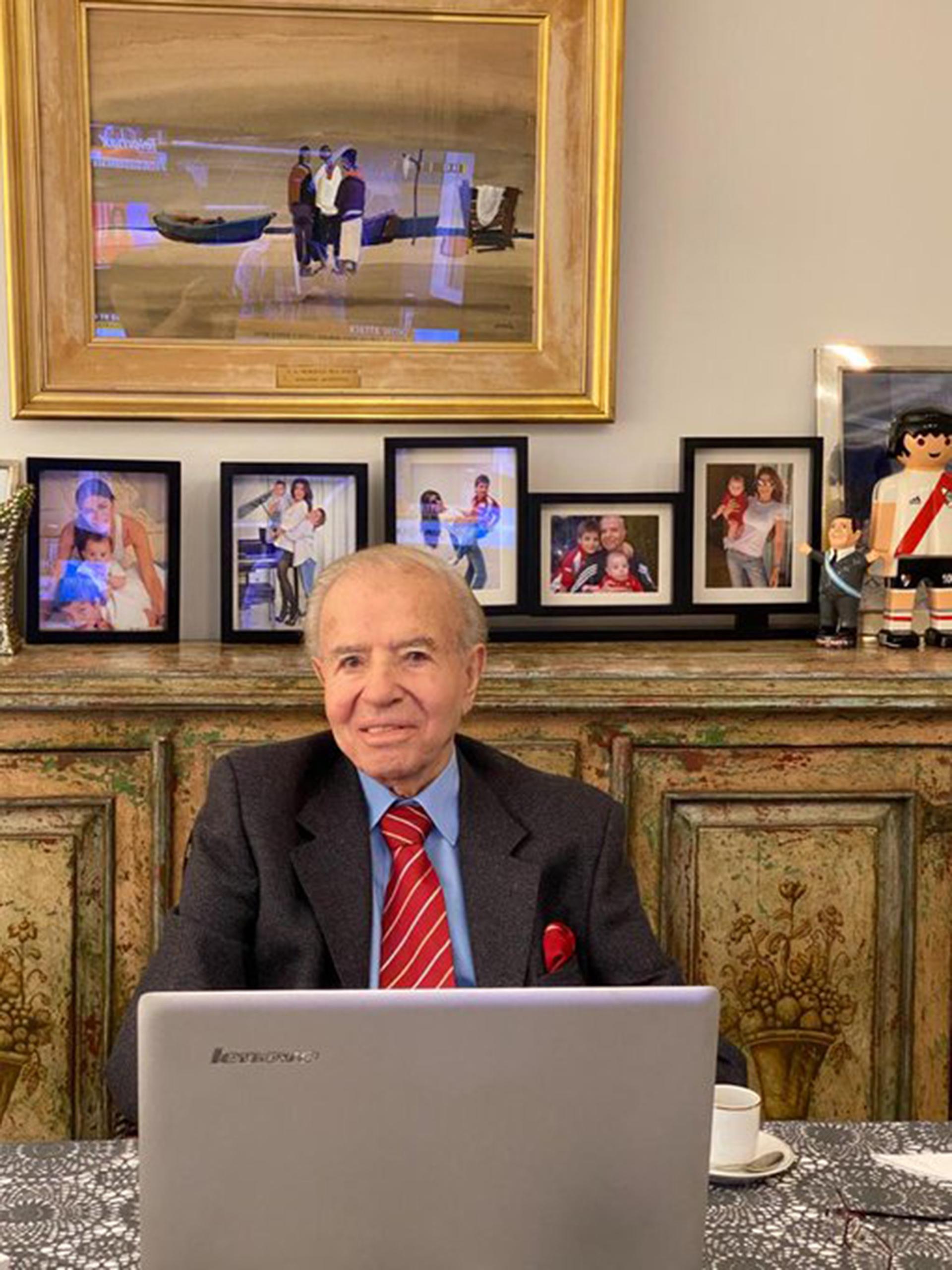 El ex presidente Carlos Menem, desde su casa, participando de la sesión