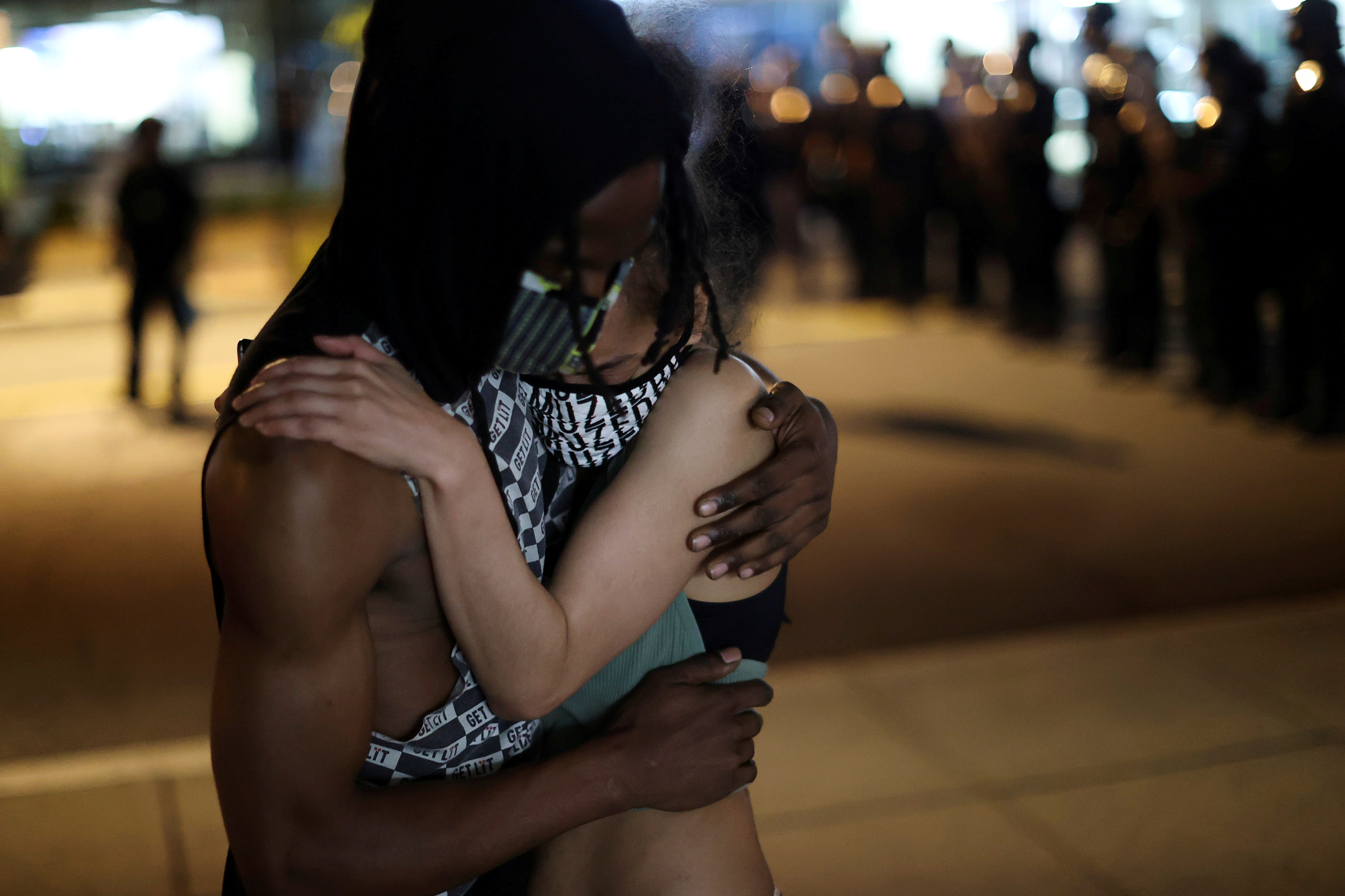 Abrazo de dos manifestantes, cerca de la Casa Blanca, en Washington