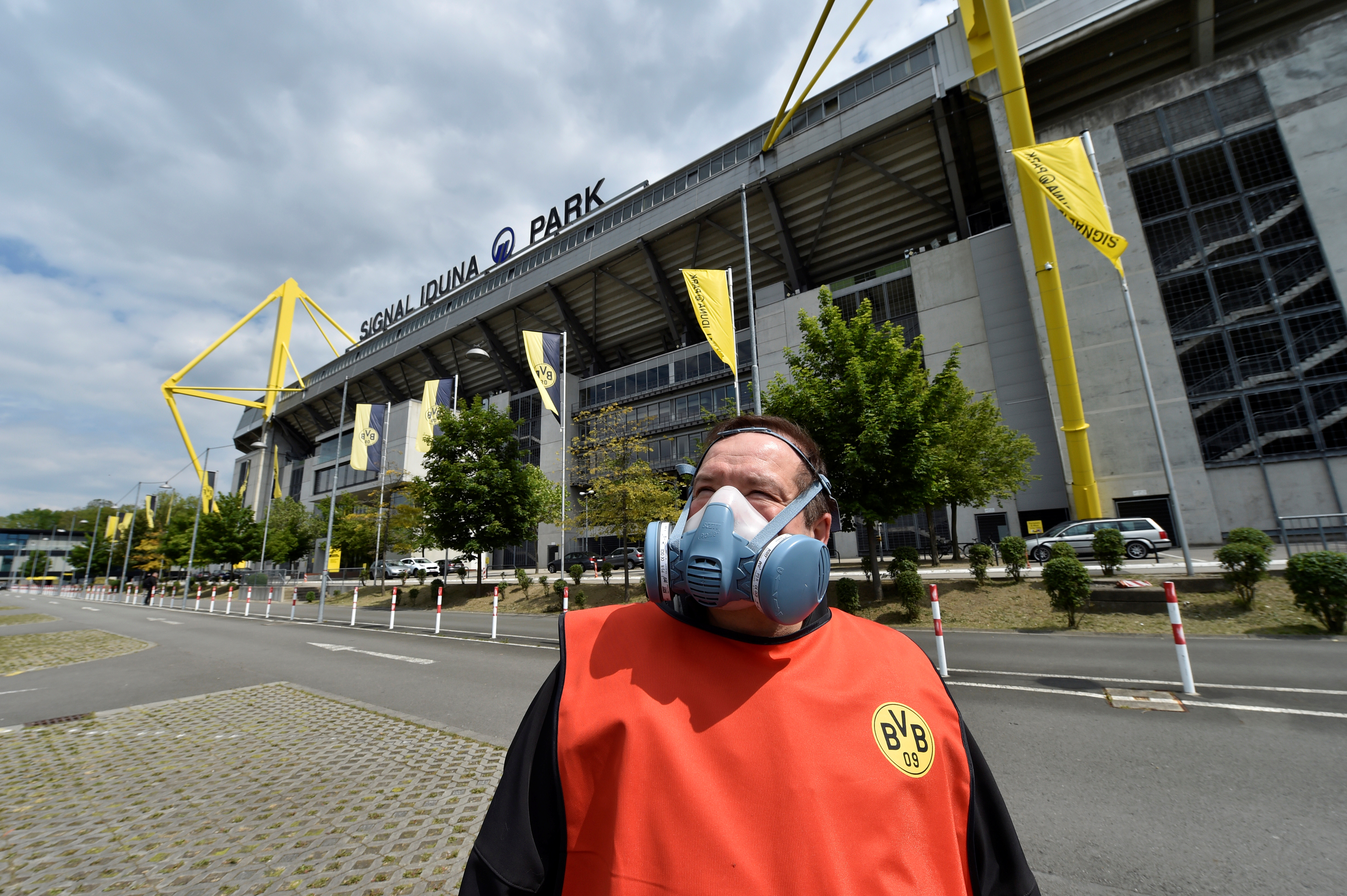 The mask worn by one of the workers in the vicinity of Signal Iduna Park (REUTERS)