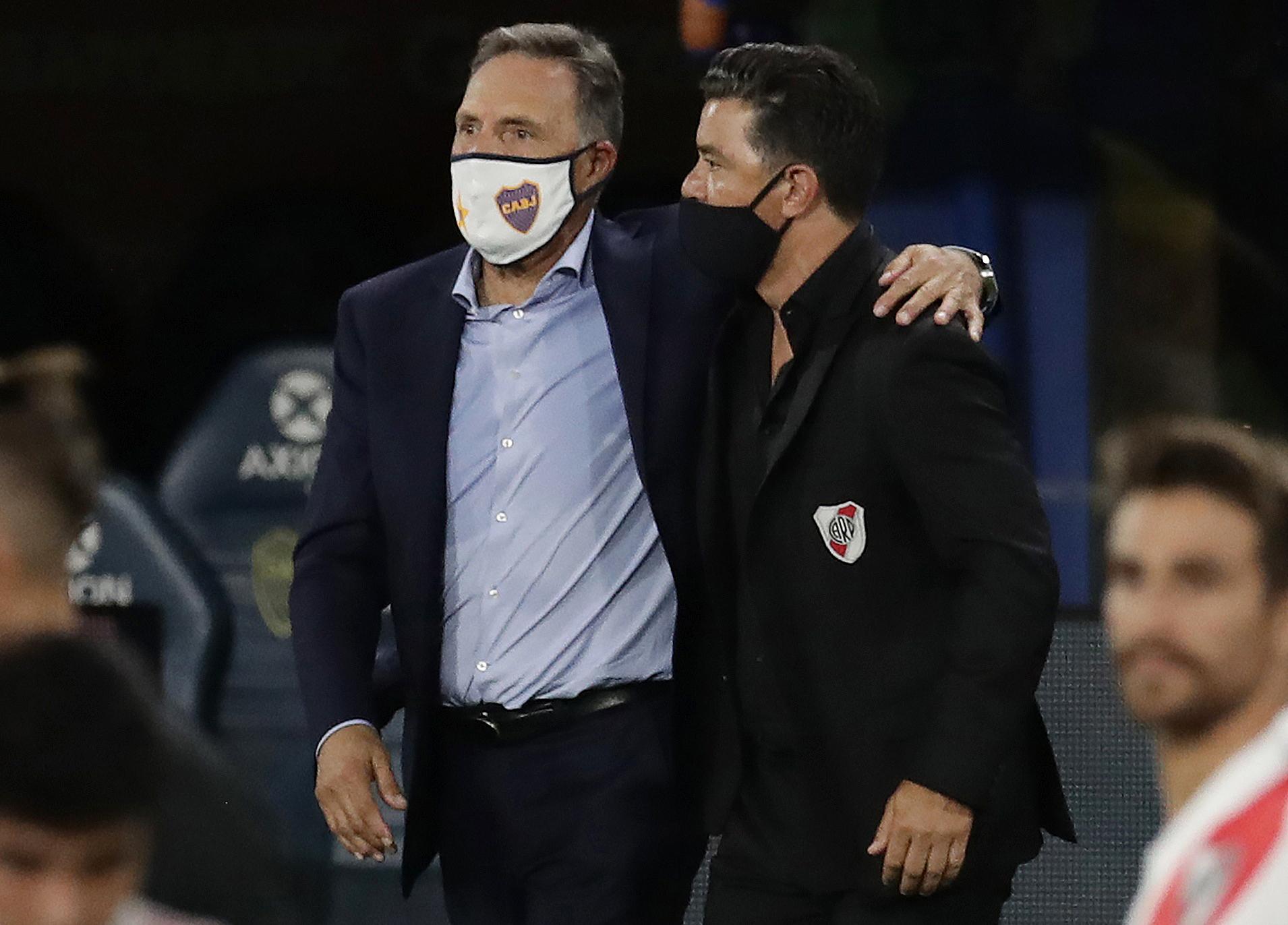 El abrazo final de Russo y Gallardo. Noble actitud de los entrenadores (REUTERS/Alejandro Pagni)