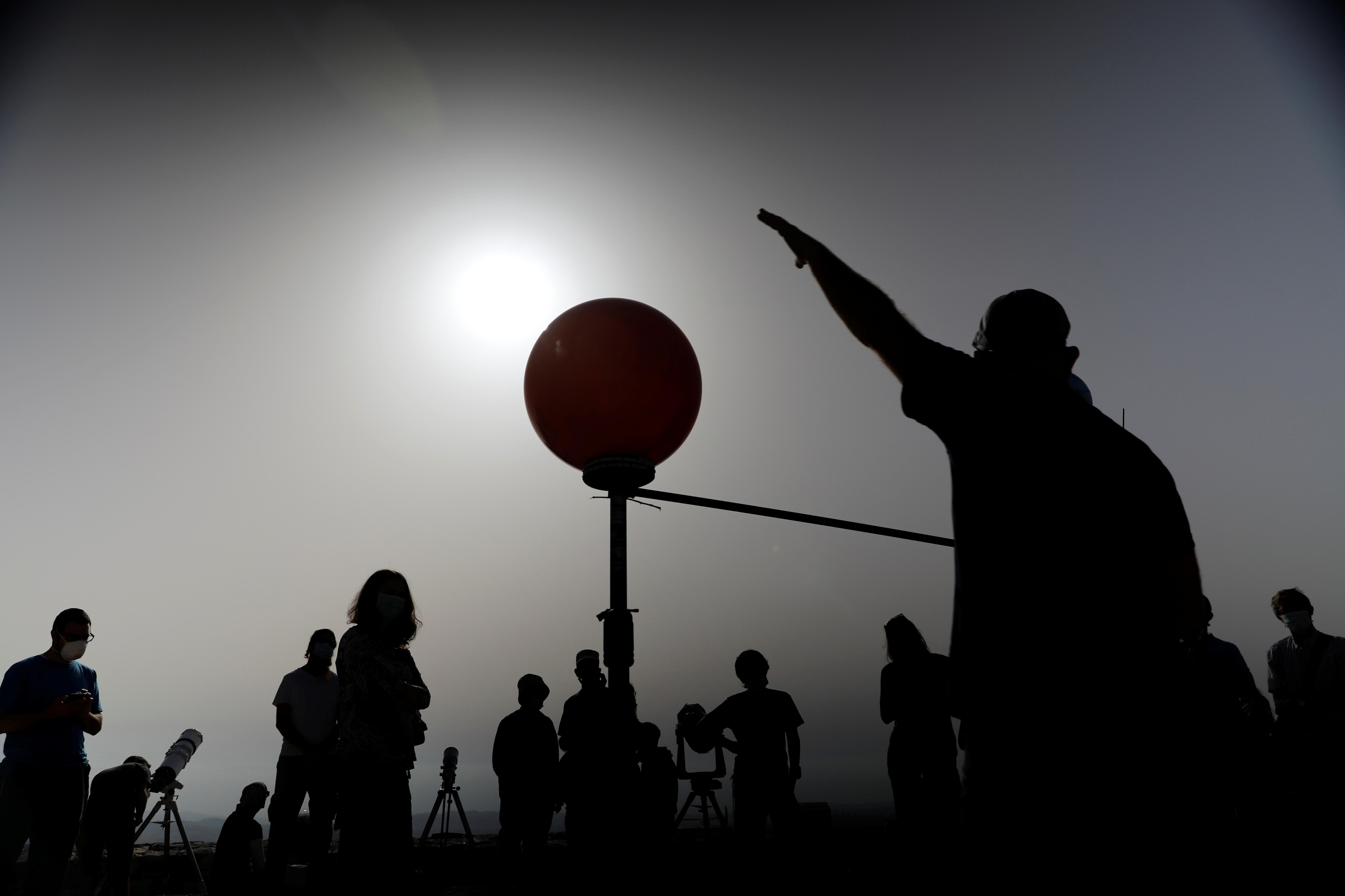 Aficionados a la astronomía, junto a modelos del Sol, la Luna y la Tierra en Jerusalén