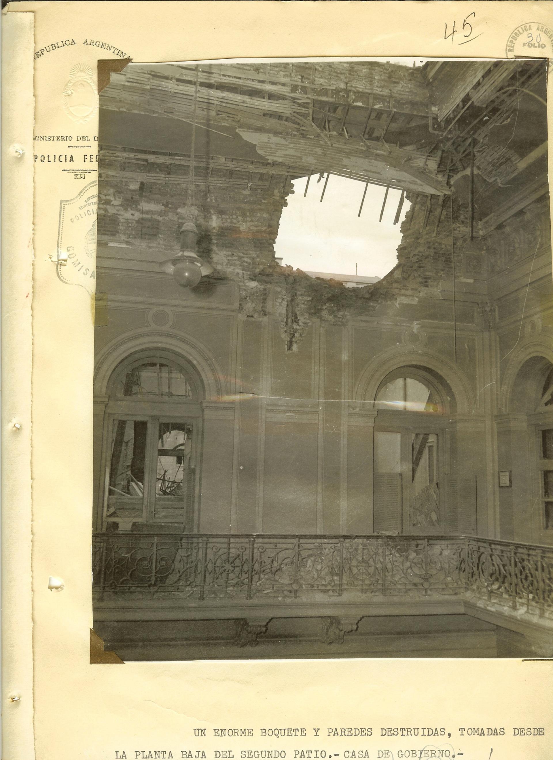 Boquete en el techo de la Casa Rosada. Una de las tantas muestras de los daños producidos por los bombardeos.