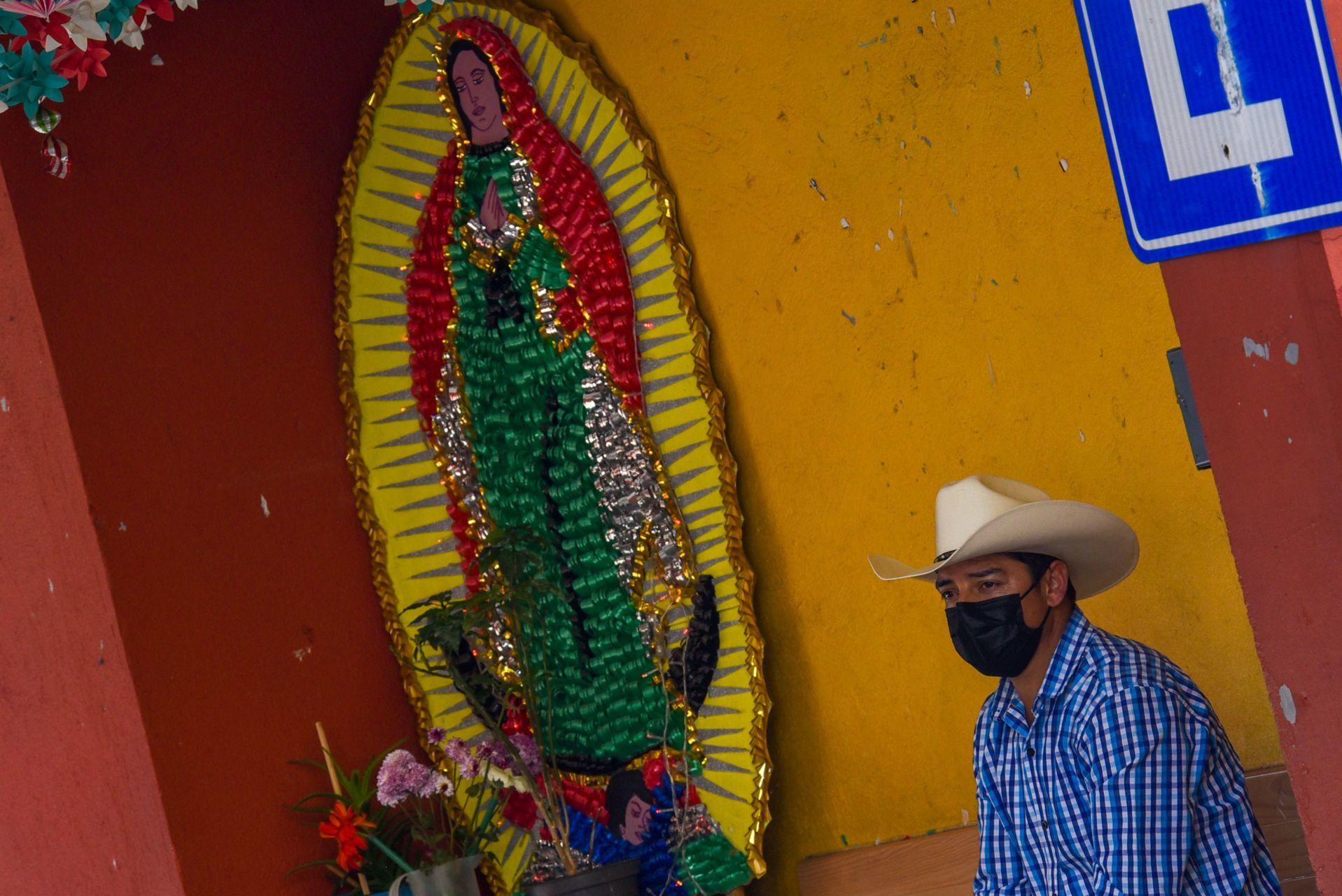 A unos días de la veneración de la Virgen de Guadalupe algunos altares en honor a la virgen Morena del Tepeyac ya están siendo adornados para la celebración del 12 de diciembre, que ante la contingencia por COVID-19 la Arquidiócesis de Toluca ha echo un llamado para no realizar festejos con reuniones, si no desde los hogares de los fieles católicos. Toluca, Estado de México, 10 de diciembre de 2020.