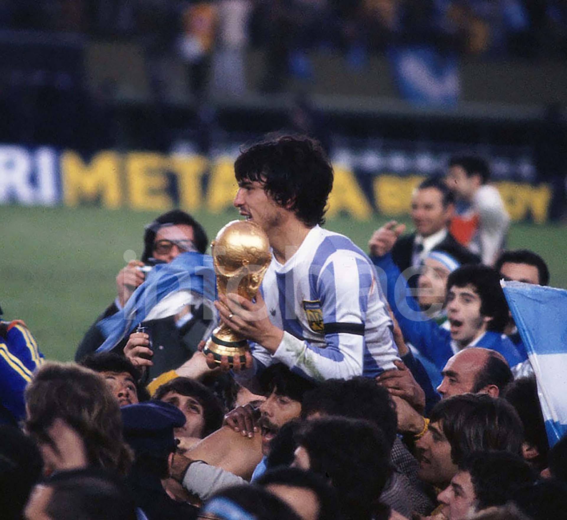 El capitán Daniel Passarella levanta la Copa luego de la consagración de Argentina como local en 1978
