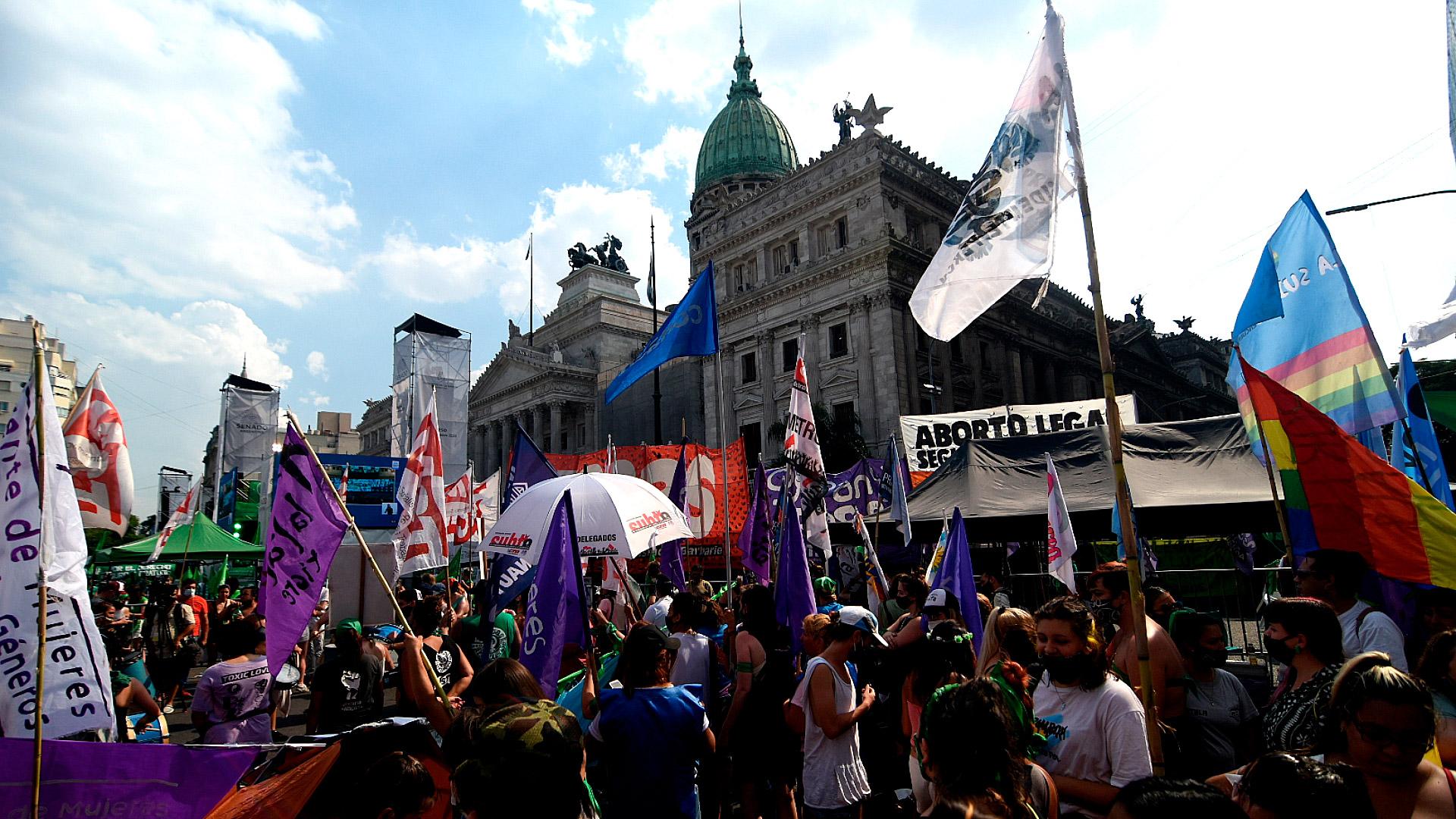 Al igual que ocurrió durante el tratamiento del proyecto en Diputados, miles de personas se movilizaron frente al Congreso para manifestar su apoyo o rechazo a la norma
