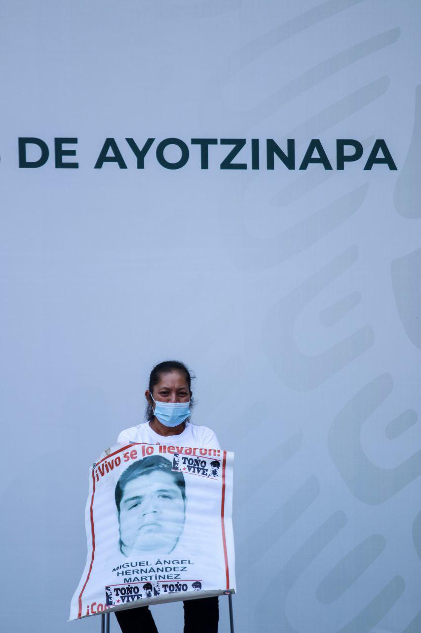 Un familiar de uno de los 43 estudiantes de la escuela de formación docente de Ayotzinapa que desaparecieron el 26 de septiembre de 2014, espera reunirse con el presidente de México, Andrés Manuel López Obrador, en el Palacio Nacional de la Ciudad de México el 26 de septiembre de 2020 en el sexto aniversario de su desaparición.