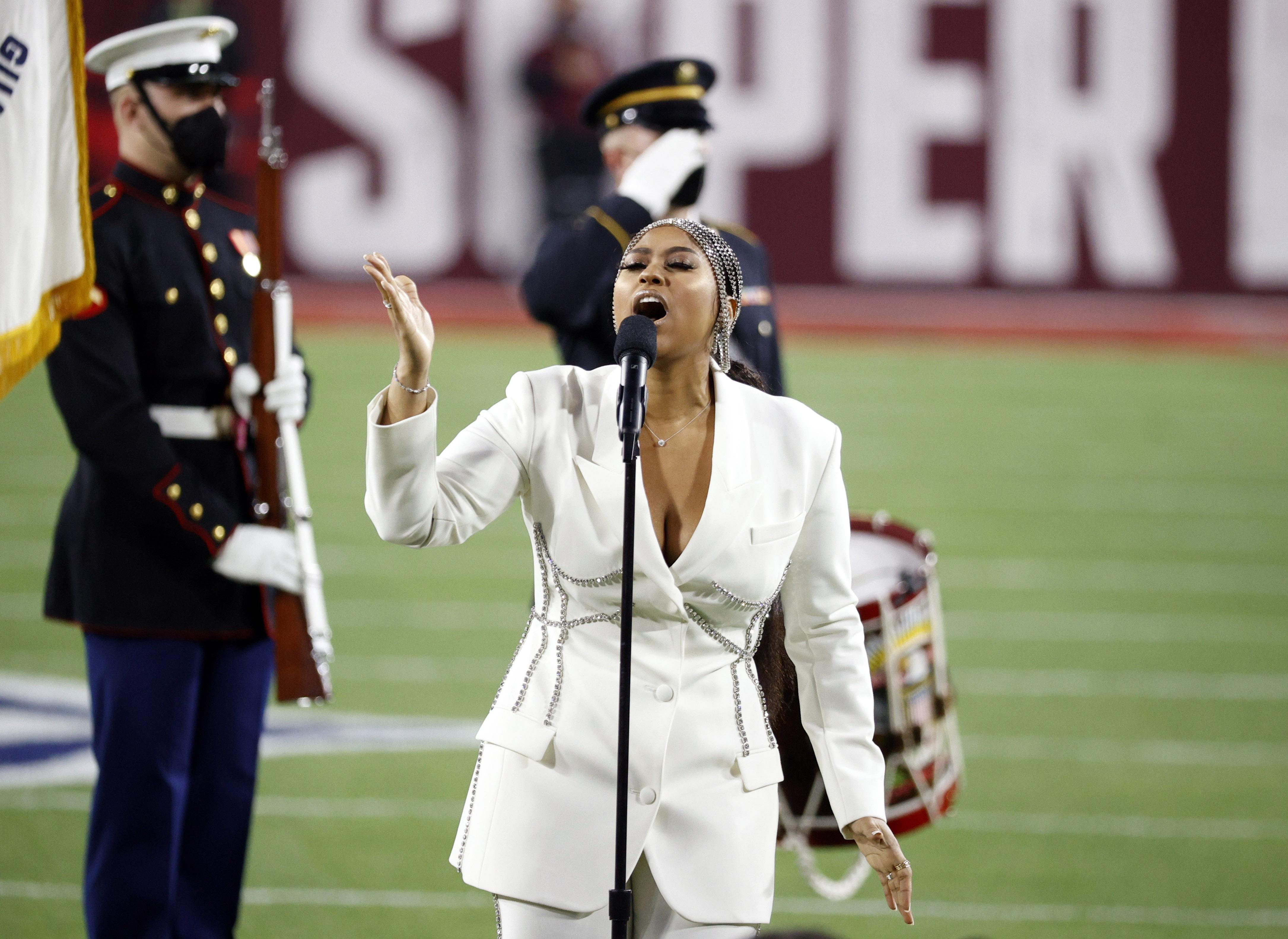 Jazmine Sullivan cantó el himno en la previa