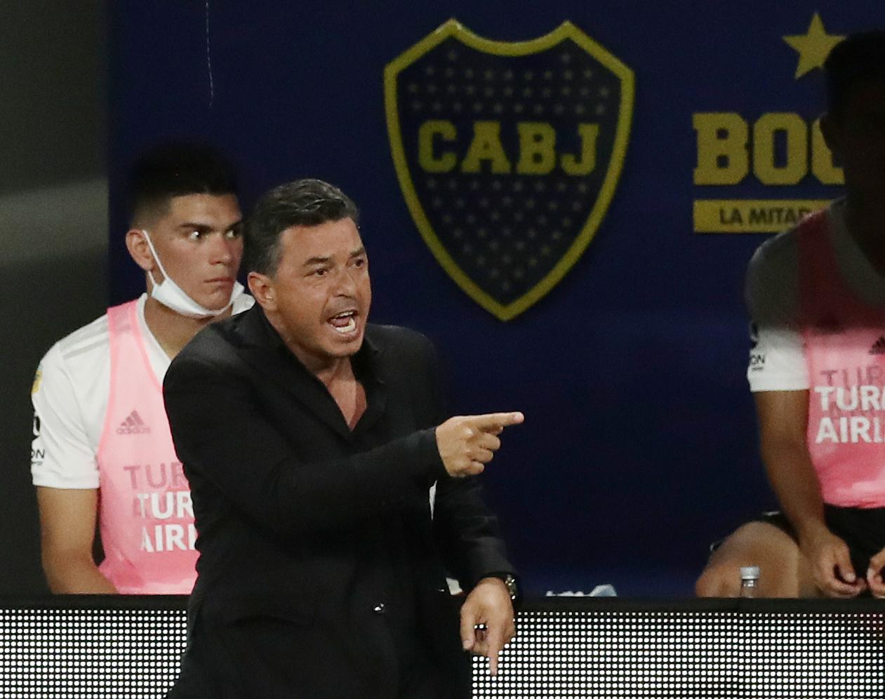 El enojo de Gallardo por el codazo de Campuzano a Carrascal. El árbitro Rapallini sólo sancionó con tarjeta amarilla (REUTERS/Alejandro Pagni)