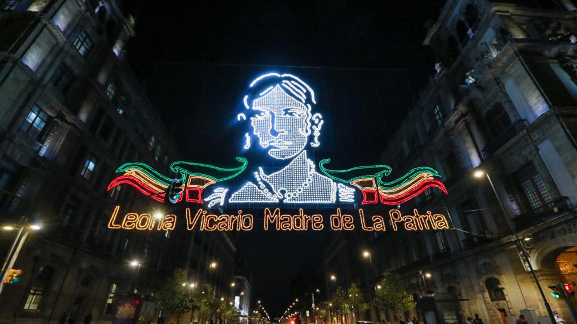 La JefaDeGobierno en compañía de Beatriz Gutiérrez Müller y otras autoridades y un grupo de niños, encendieron las luces decorativas del Zócalo de la Ciudad para conmemorar 210 años del inicio de la Independencia de Méxic (Foto: Twitter@GobCDMX)