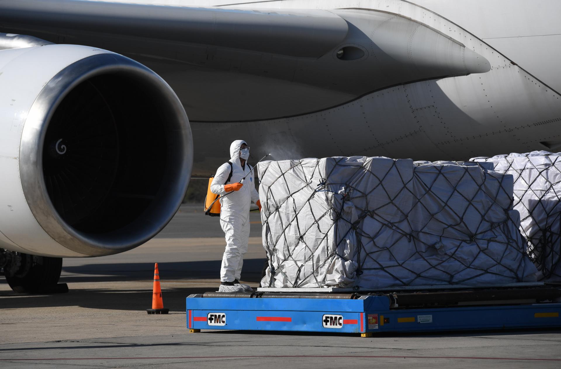 """""""Este es un momento para aportar compromiso, colaboración y trabajo junto con las autoridades nacionales que están tomando todas las medidas necesarias para combatir esta pandemia. Pusimos nuestra infraestructura y conocimiento a disposición para facilitar los procesos de estas importaciones clave para el país"""", afirmó Matías Patanian, Vicepresidente de Aeropuertos Argentina 2000."""