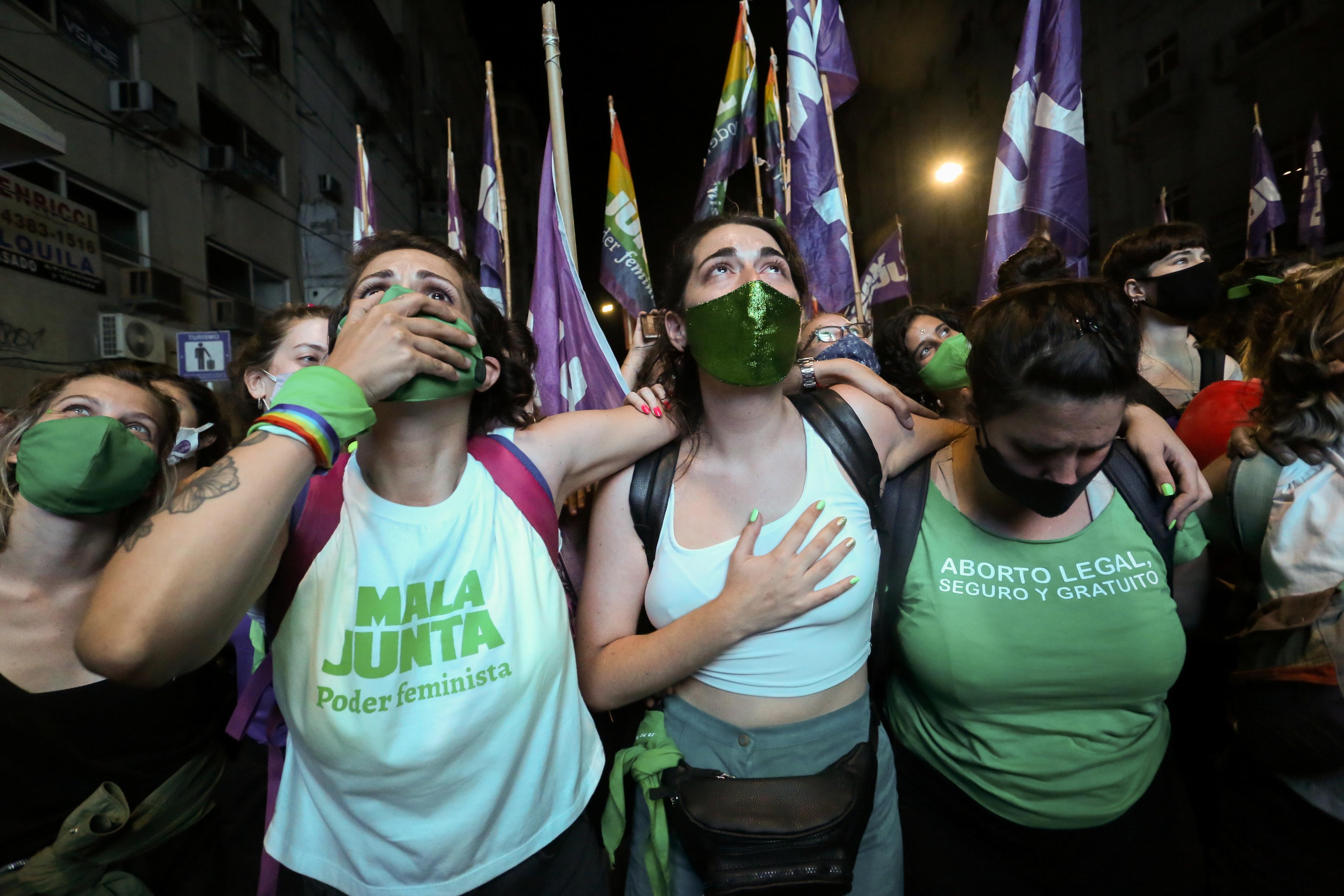 La reacción de los manifestantes a favor de la legalización del aborto reaccionan después de que el Senado aprobó el proyecto