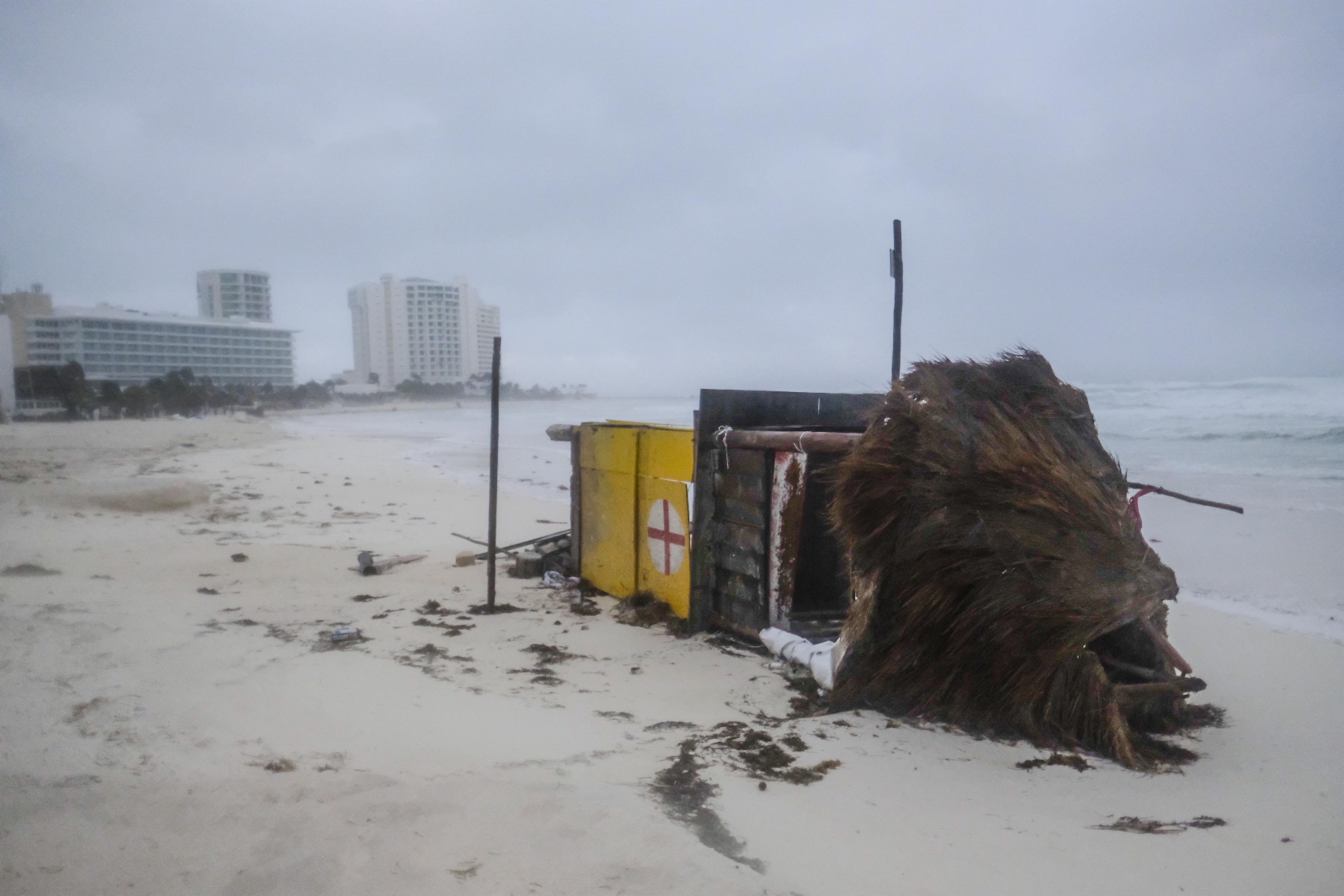 Una torre de salvavidas yace de costado después de que fuera derribada por el huracán Delta en Cancún, México, la madrugada del miércoles 7 de octubre de 2020.