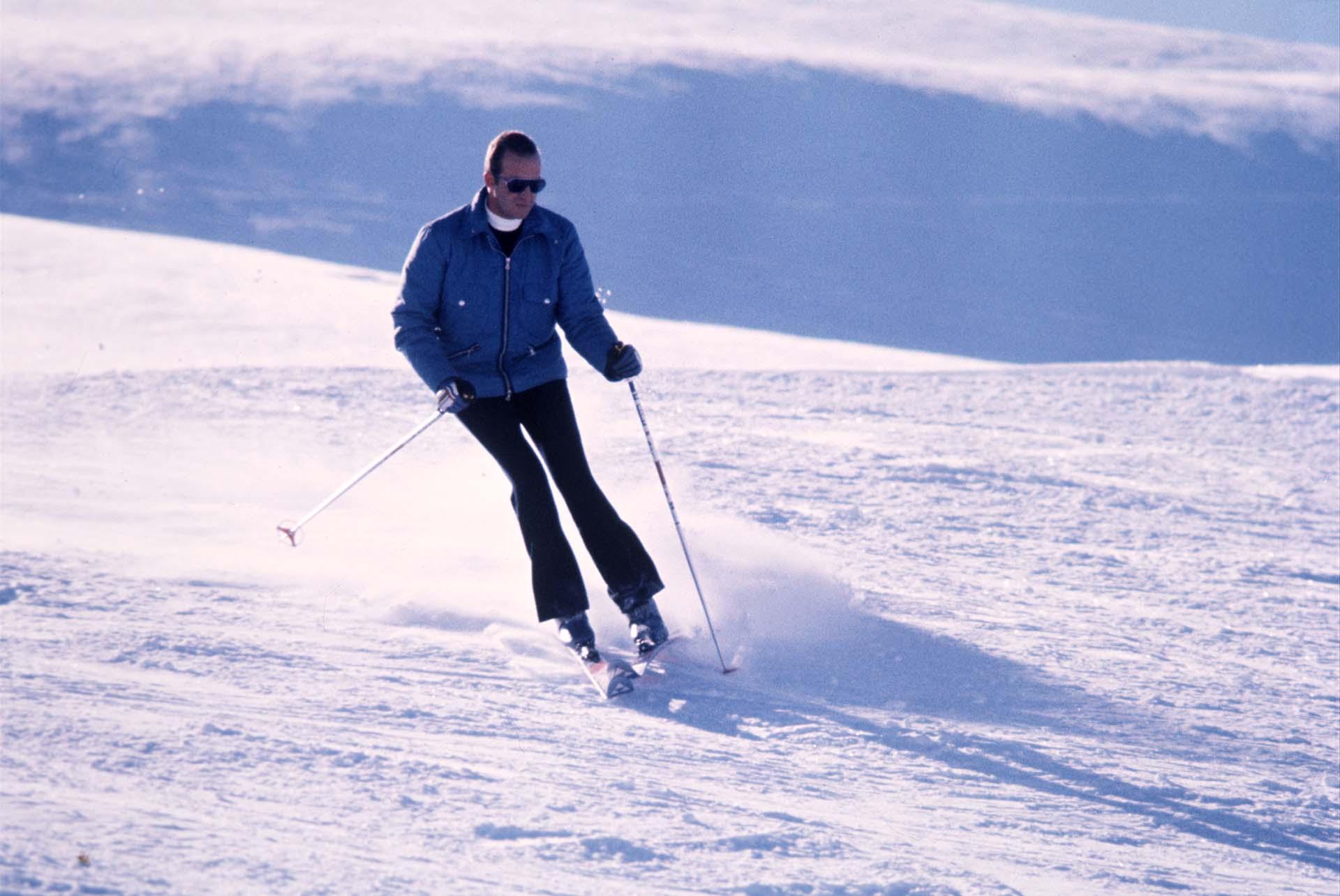 Juan Carlos y una de sus grandes pasiones: el ski, en una fotografía tomada en España en 1976 (Shutterstock)